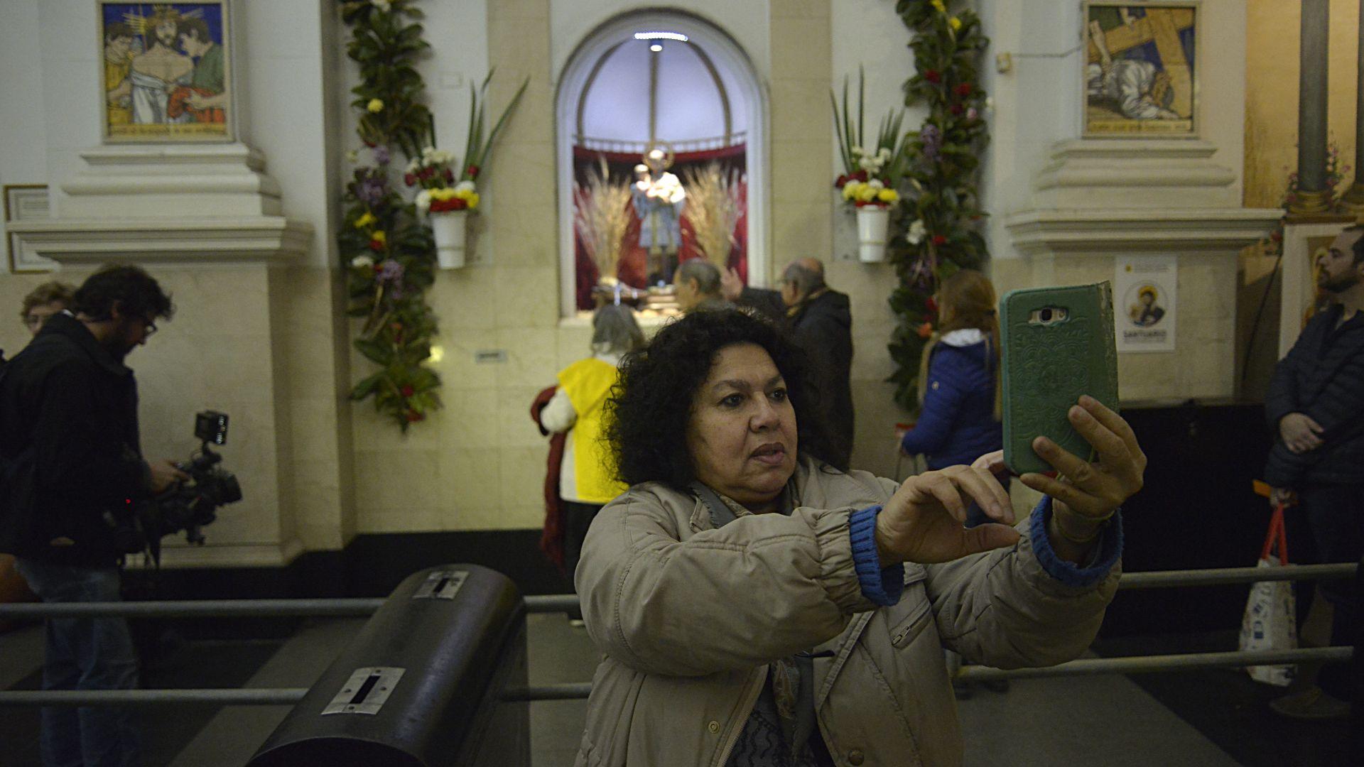 """La organización de los fieles impresiona. No dejan nada librado al azar. Es así que se armaron dos filas: una es """"rápida"""" que ve la imagen del santo de lejos, y otra avanza más despacio y los fieles pueden tocar la imagen. Un mujer se realiza una selfiepara retratar el momento."""