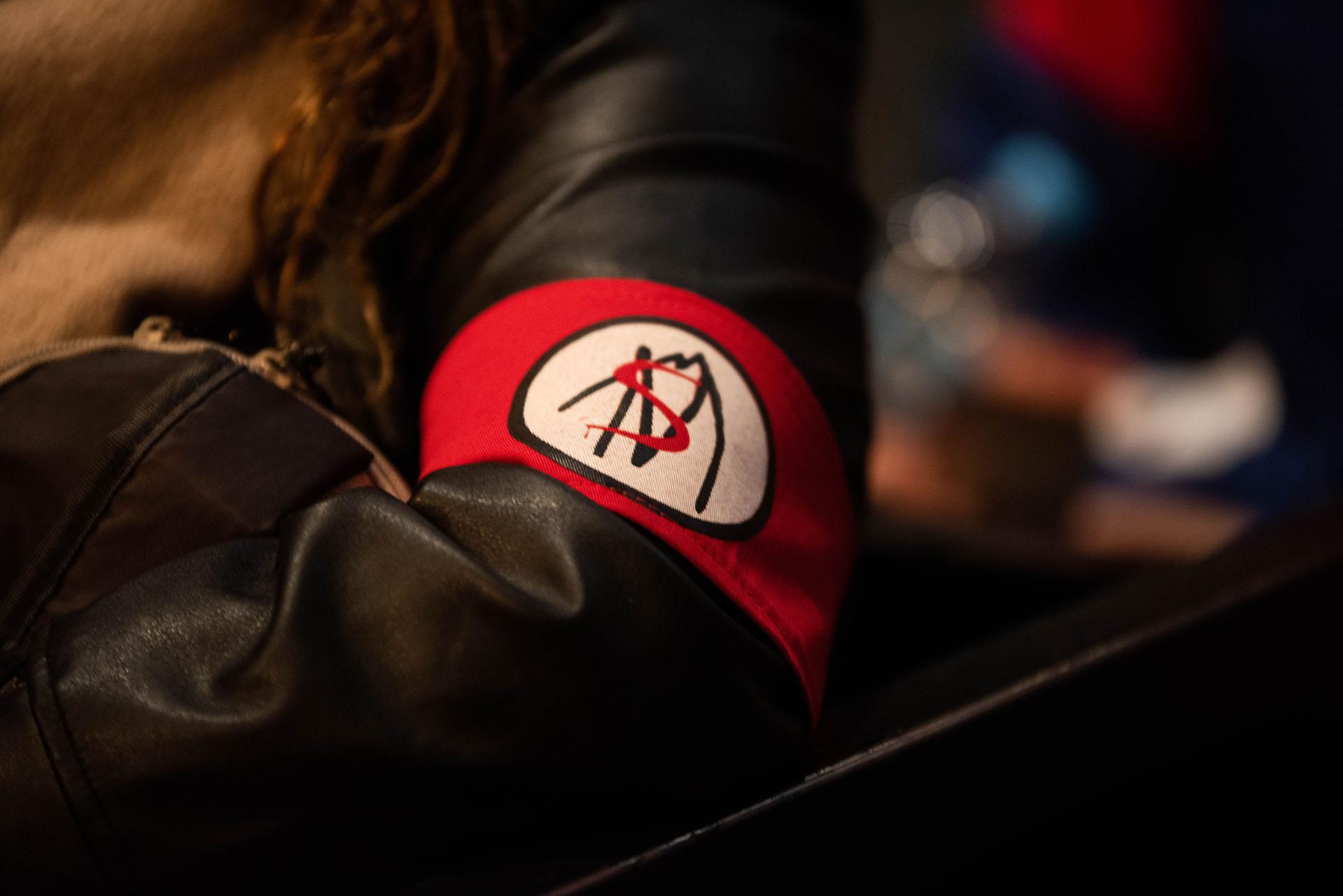 El brazalete de Say No More, marca registrada de los fans de García