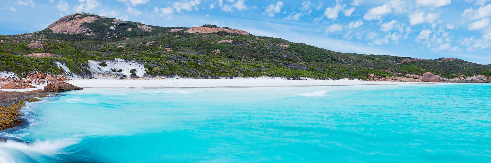 Está ubicada en el Gran Parque Nacional Esperanza y es la playa más blanca de toda Australia. Su arena perfectamente limpia y el agua transparente en la bahía que tiene aproximadamente 5 kilómetros lo convierten en una postal ideal