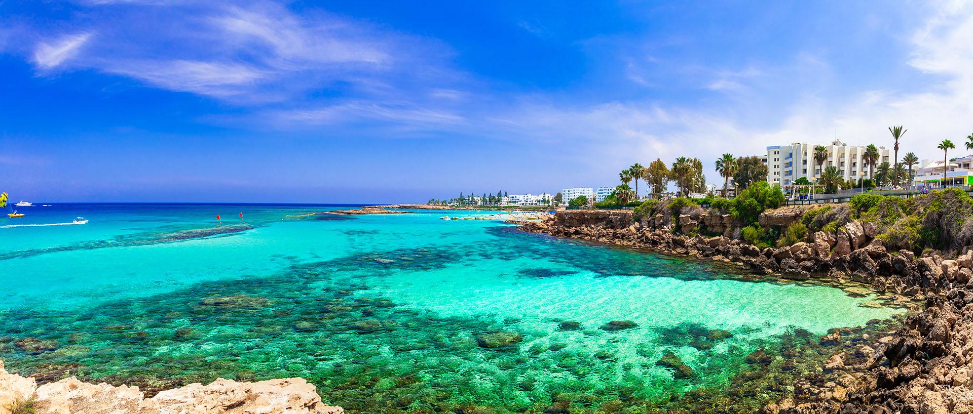 Fig Tree Bay es una pintoresca playa de arena en el complejo de Protaras, Chipre. Posee un islote deshabitado en el que se puede nadar desde la orilla. La playa tiene arena dorada, los clásicos bares de playa y muchas sombrillas para protegerse del sol