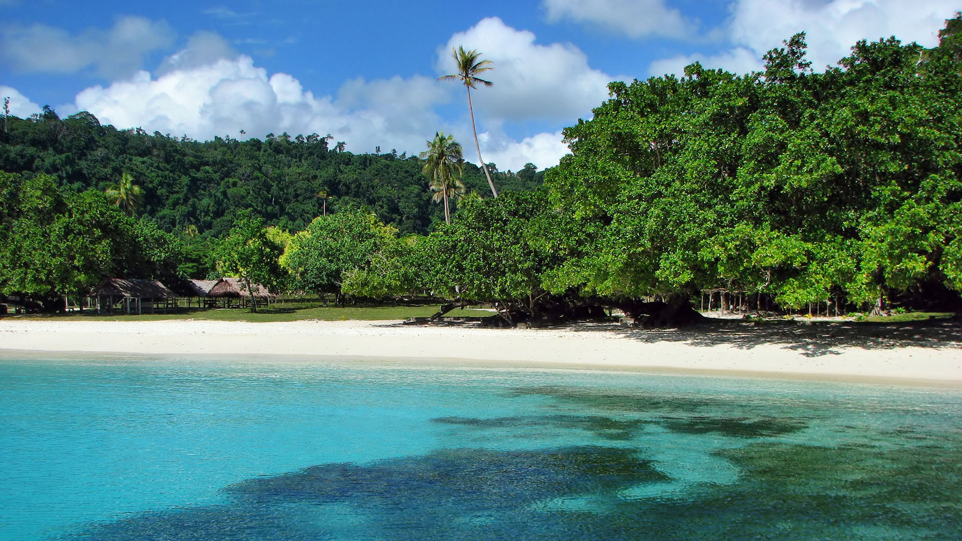 Una de las playas más pintorescas del mundo, tiene aguas cristalinas y arena tan blanca que parece transparente. En Champagne Beach se puede disfrutar de puestos de fruta fresca, cangrejo y langosta recién preparados y cabañas que dan al océano