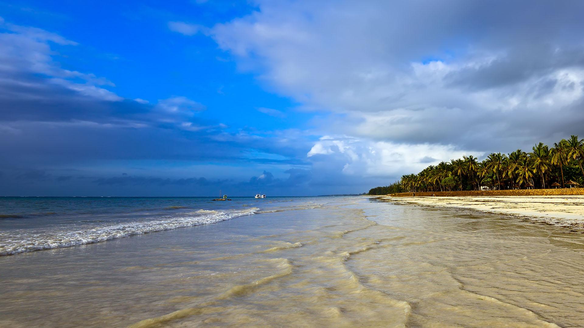 Más de 6 mil viajeros y expertos en viajes participaron del ranking de Big 7 Travel para decidir cuáles son las mejores playas del mundo. La playa de Diani, en Kenia tiene alrededor de 25 kilómetros de largo. Y a pesar de ser una de las playas más populares, se destaca por ser un paraíso íntimo y poco concurrido en las tranquilas costas del Océano Índico