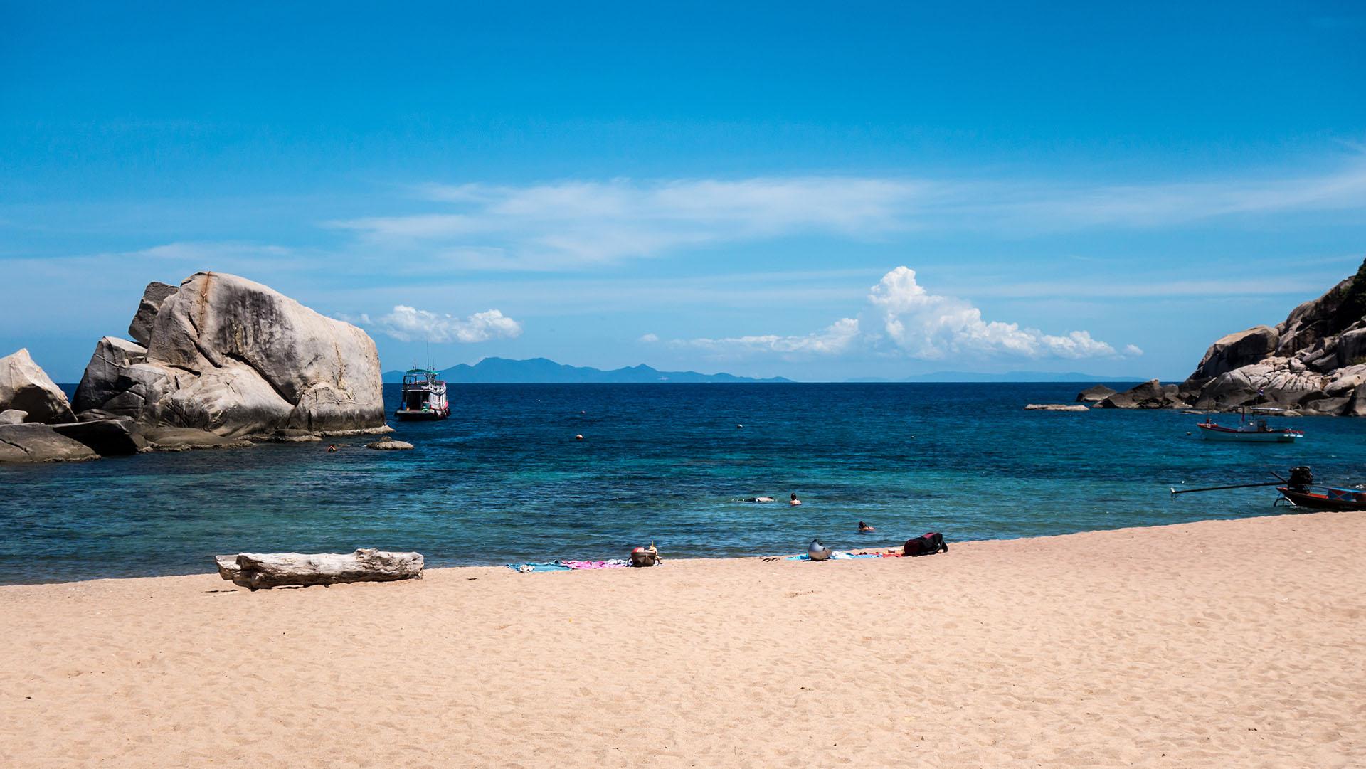 Esta tranquila isla en el Golfo de Tailandia tiene muchas bahías protegidas, pero la bahía de Tanot es la más famosa por sus aguas de temperatura cálida y el color azul que permite practicar deportes acuáticos como búceo y snorkel