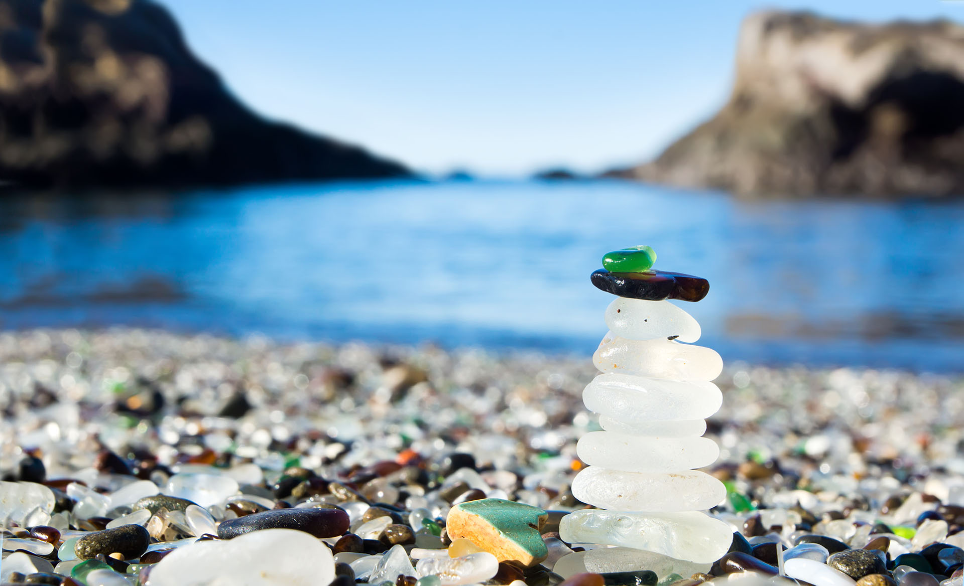 """""""Playa de vidrio"""", así fue bautizada esta playa californiana que esta plagada de piezas de vidrio lisas y coloridas en su orilla. Antes, esta playa era un vertedero local, pero conforme pasó el tiempo, el vidrio se convirtió en piedras preciosas y la playa ahora es un lugar protegido"""