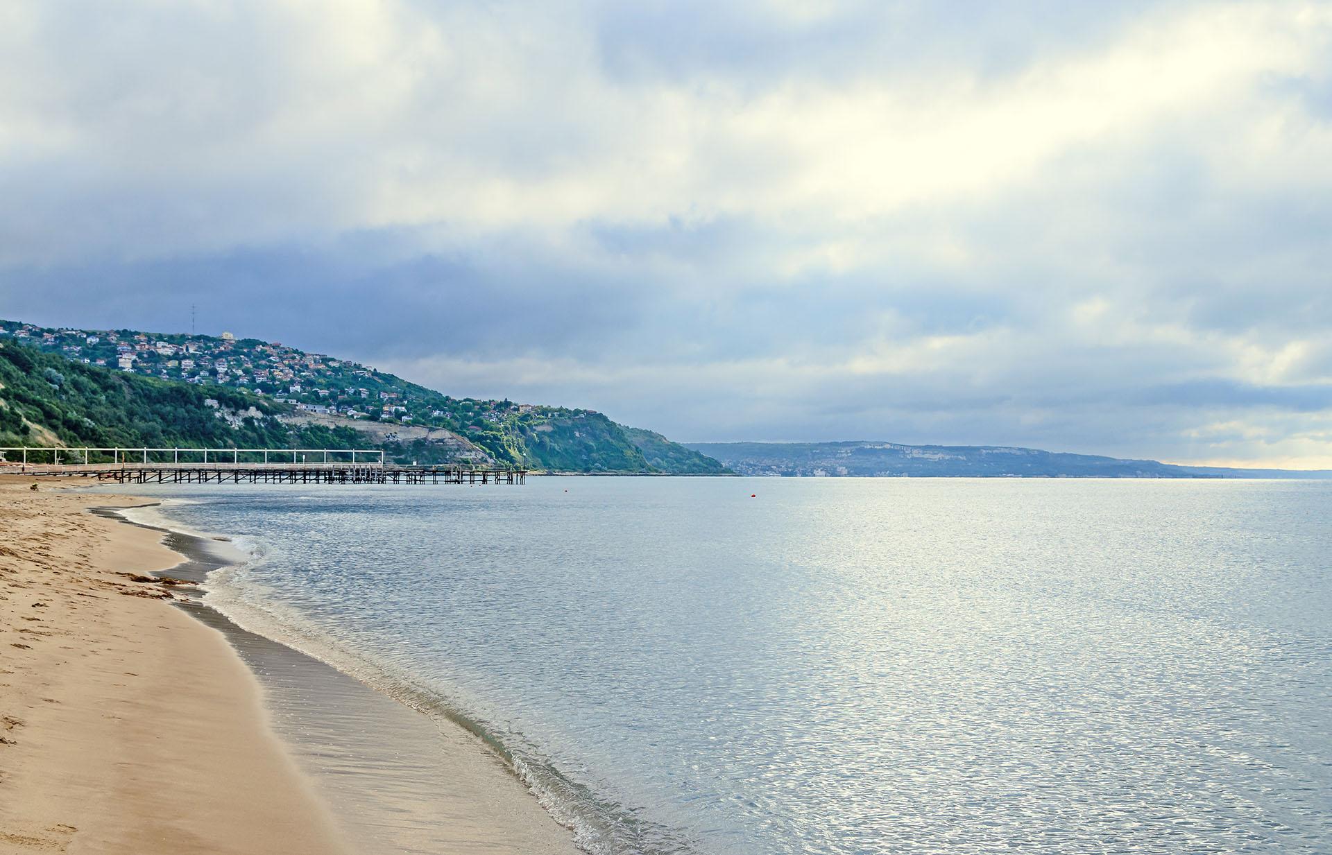 La playa Golden Sands se encuentra cerca de Varna, la ciudad más popular de Bulgaria y es una de las playas más hermosas de toda la región. El agua es clara y la temperatura perfecta para nadar, y la arena hace honor al nombre por su color dorado sinigual