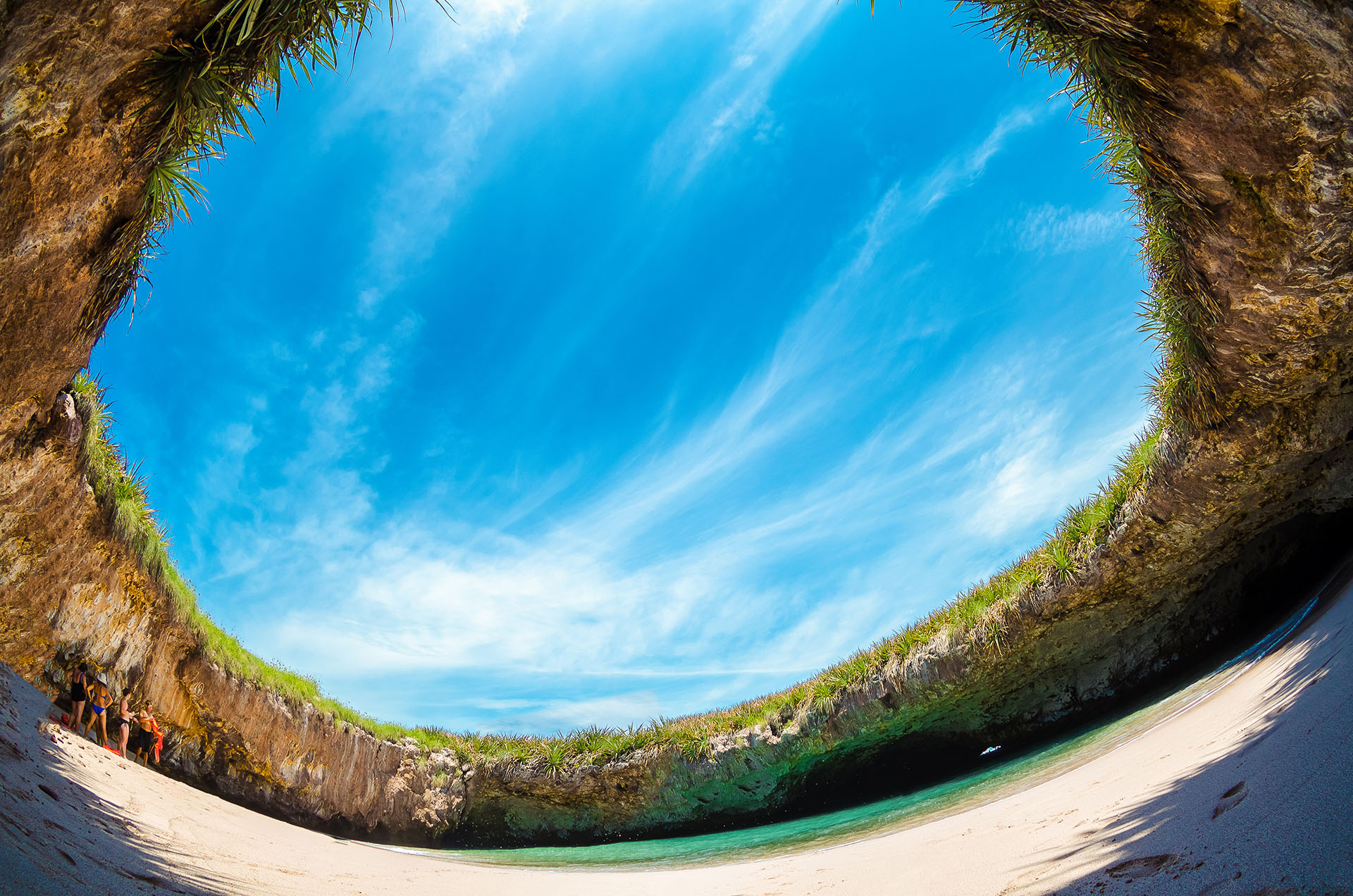 Similar a una amplia cueva, es una caverna de arena con acceso al océano Pacífico. Situada en una de las Islas Marieta, hay que nadar a través de un túnel corto para acceder a la playa