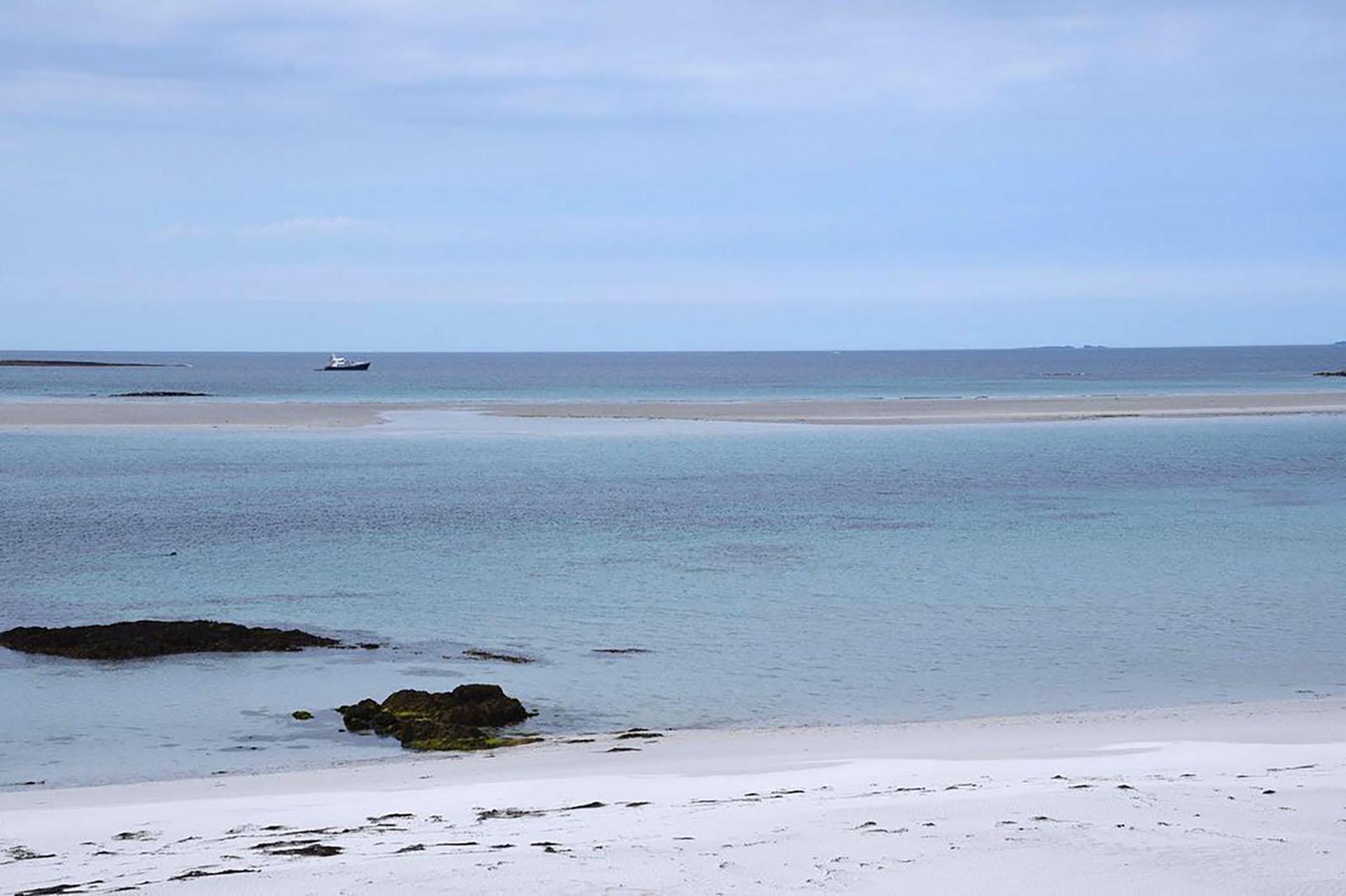 En Escocia se encuentran las islas Monach, conocidas popularmente como Heisker. Se destaca por sus hermosas playas vírgenes, sus acantilados rocosos y dunas interminables que proponen una experiencia única