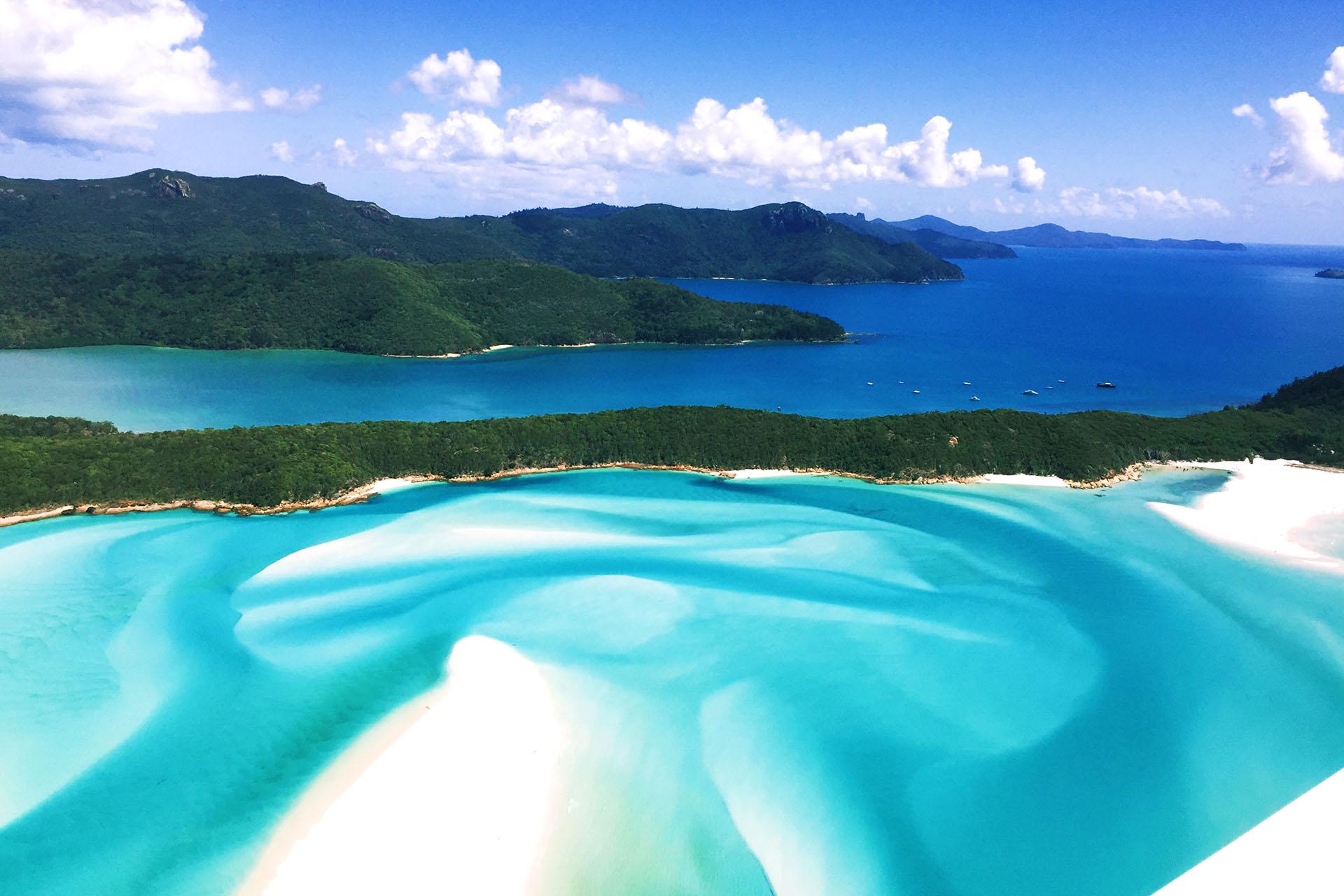 Whitehaven Beach se extiende por más de 7 km y cuenta con arena blanca brillante que se encuentra entre las más puras del mundo. Está justo en el corazón de la Gran Barrera de Coral, y es una de las playas más vírgenes y hermosas del mundo