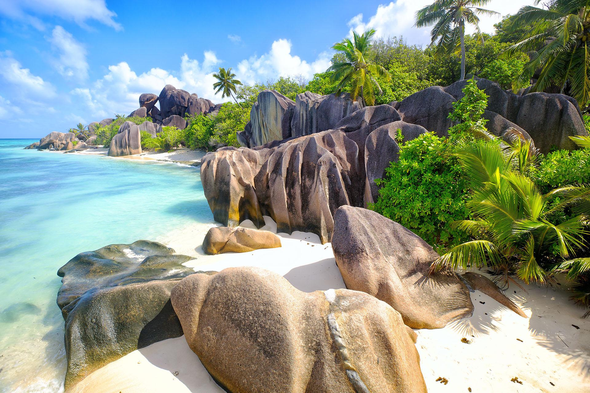 Famosa por ser una de las playas más fotografiadas del mundo, esta tranquila playa es un gran lugar para sumergirse en las aguas poco profundas y cálidas del Océano Índico