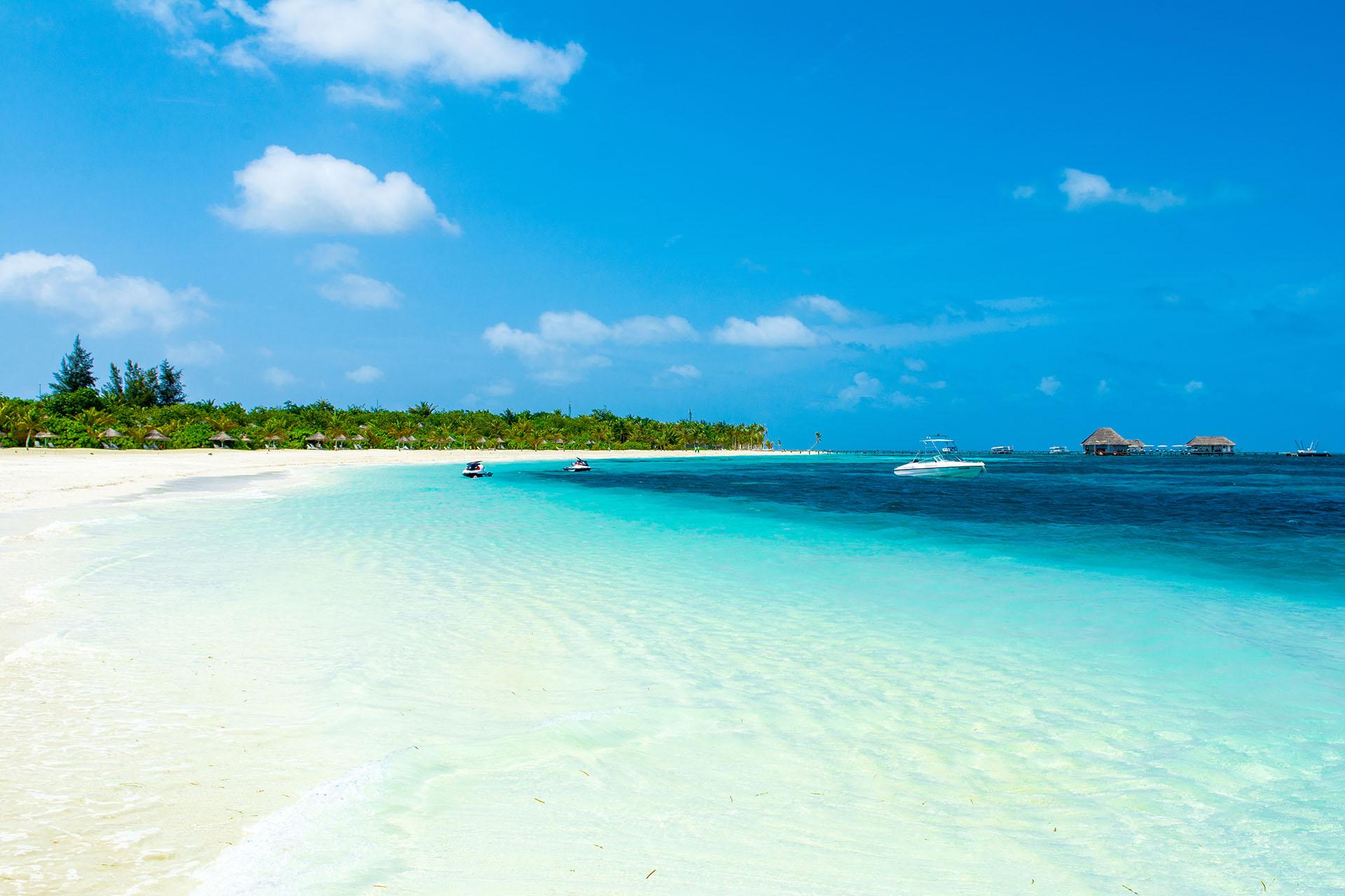Este complejo se encuentra en tres islas privadas, dos islas vecinas desiertas y la propia Kanuhura, y todas cuentan con playas vírgenes