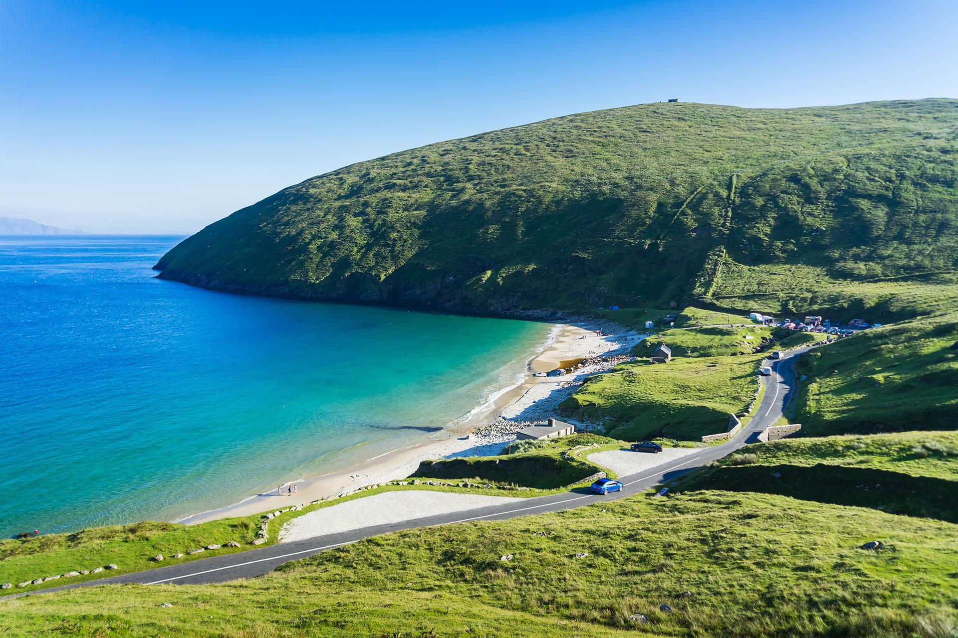 Keem Bay es una impresionante playa rural protegida y rodeada de acantilados en la isla más grande de Irlanda: la isla Achill. Su reluciente arena blanca se puede ver desde las rutas e invita a los viajeros a parar para refrescarse