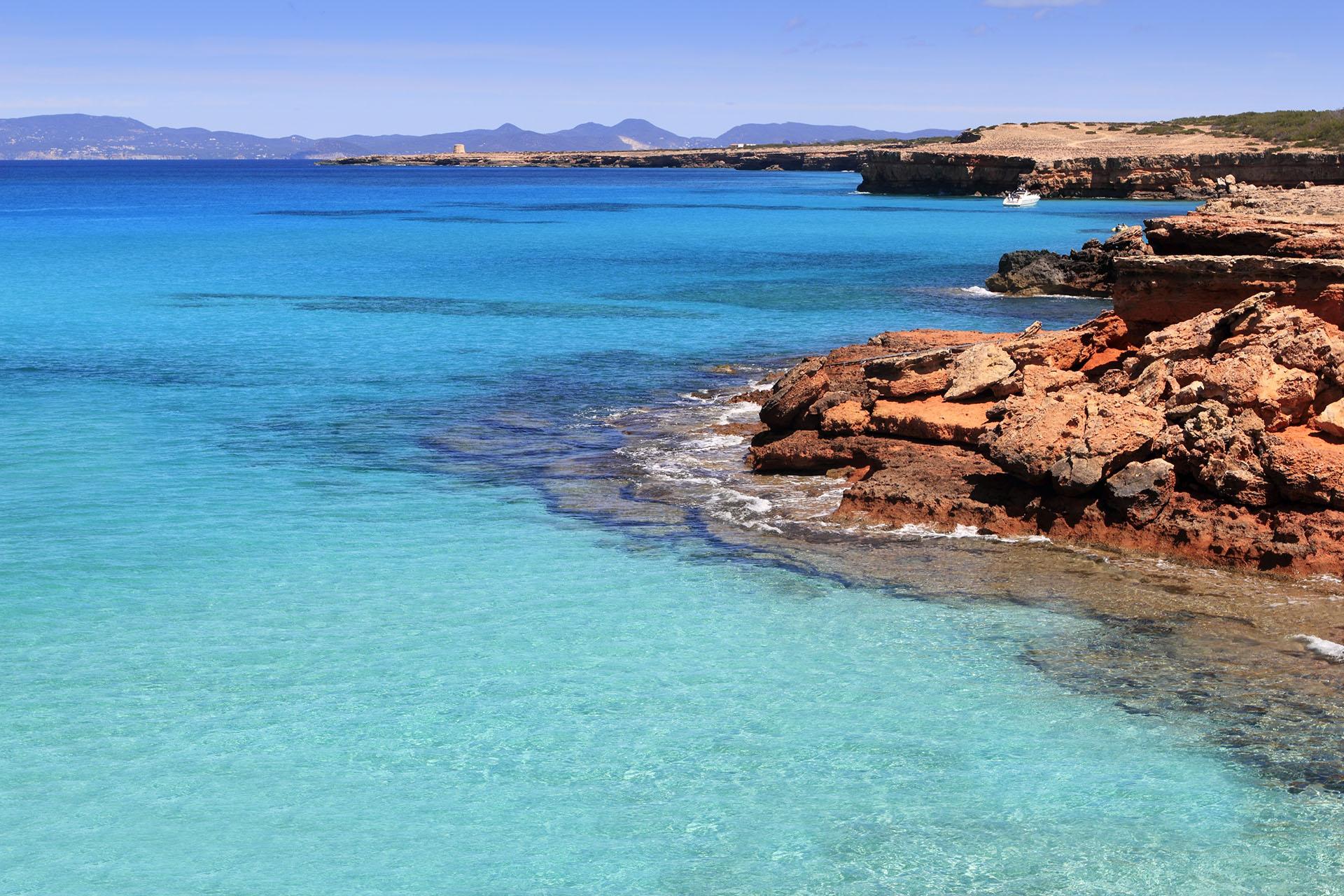 A pesar de que Ibiza puede ser más conocida, la isla vecina de Formentera tiene para ofrecer sus hermosas costas. Se puede acceder en barco y cuenta con una de las mejores playas del mundo. Formentera tiene más de 20 km de playas, desde calas rocosas hasta playas de arena blanca, y Cala Saona es la más imponente.