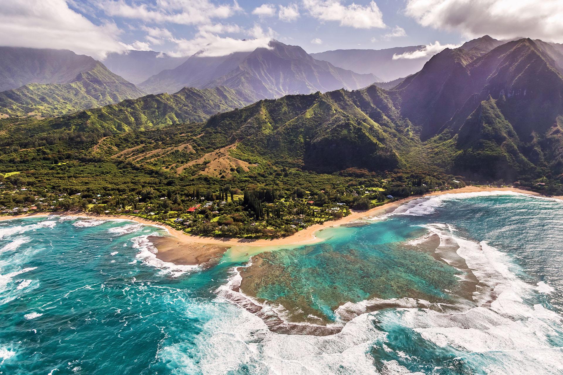 La playa de los túneles es la combinación perfecta: con la vegetación de fondo del Monte Makana y sus selvas exuberantes. Los tubos de lava son los que forman las numerosas cavernas submarinas que dan nombre a la famosa playa