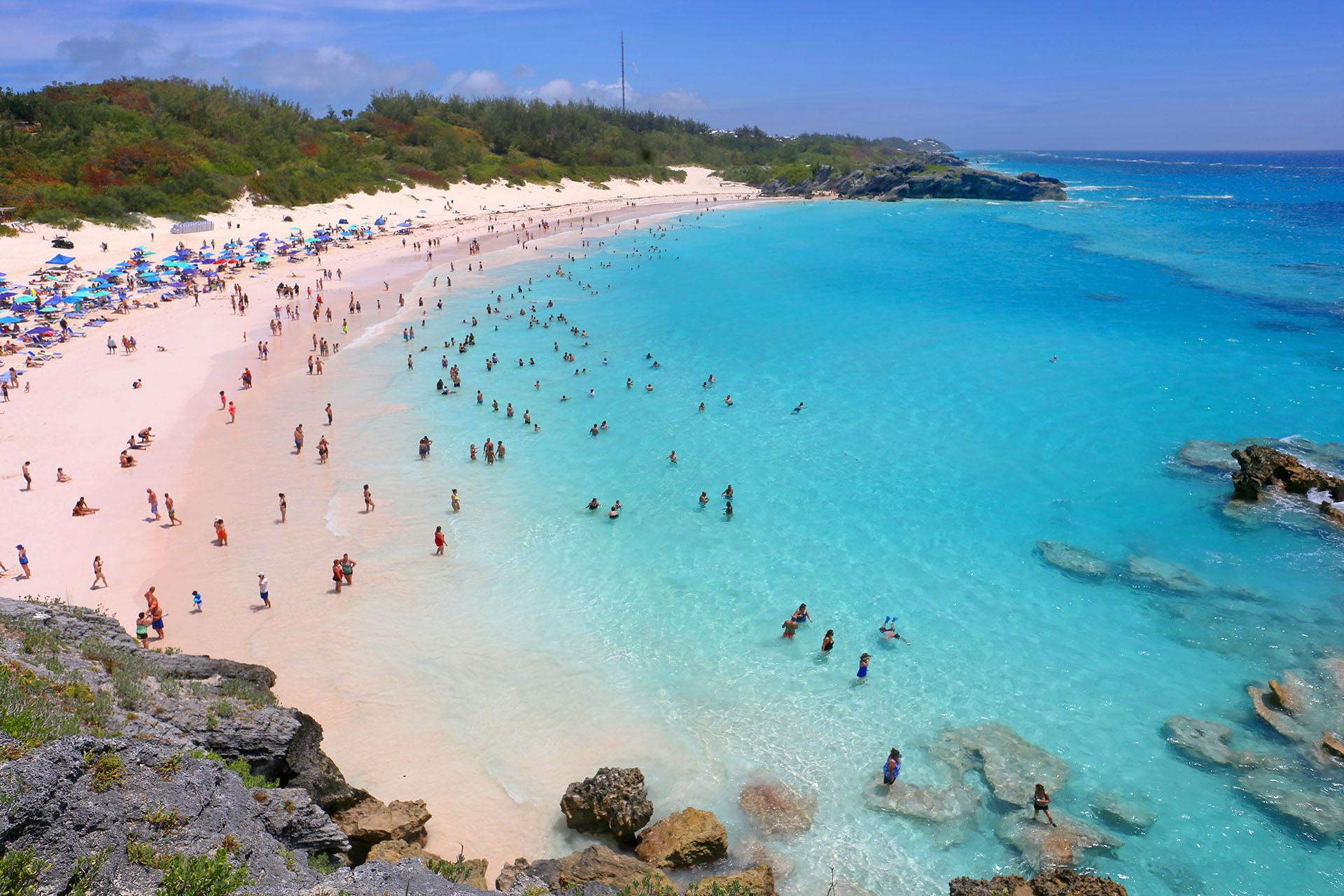 Llamada así por su forma curva, la popular playa de Horseshoe Bay muestra las aguas cristalinas y arenas rosadas de Bermuda. También hay cuevas y calas escondidas, ideales para explorar y realizar deportes acuáticos