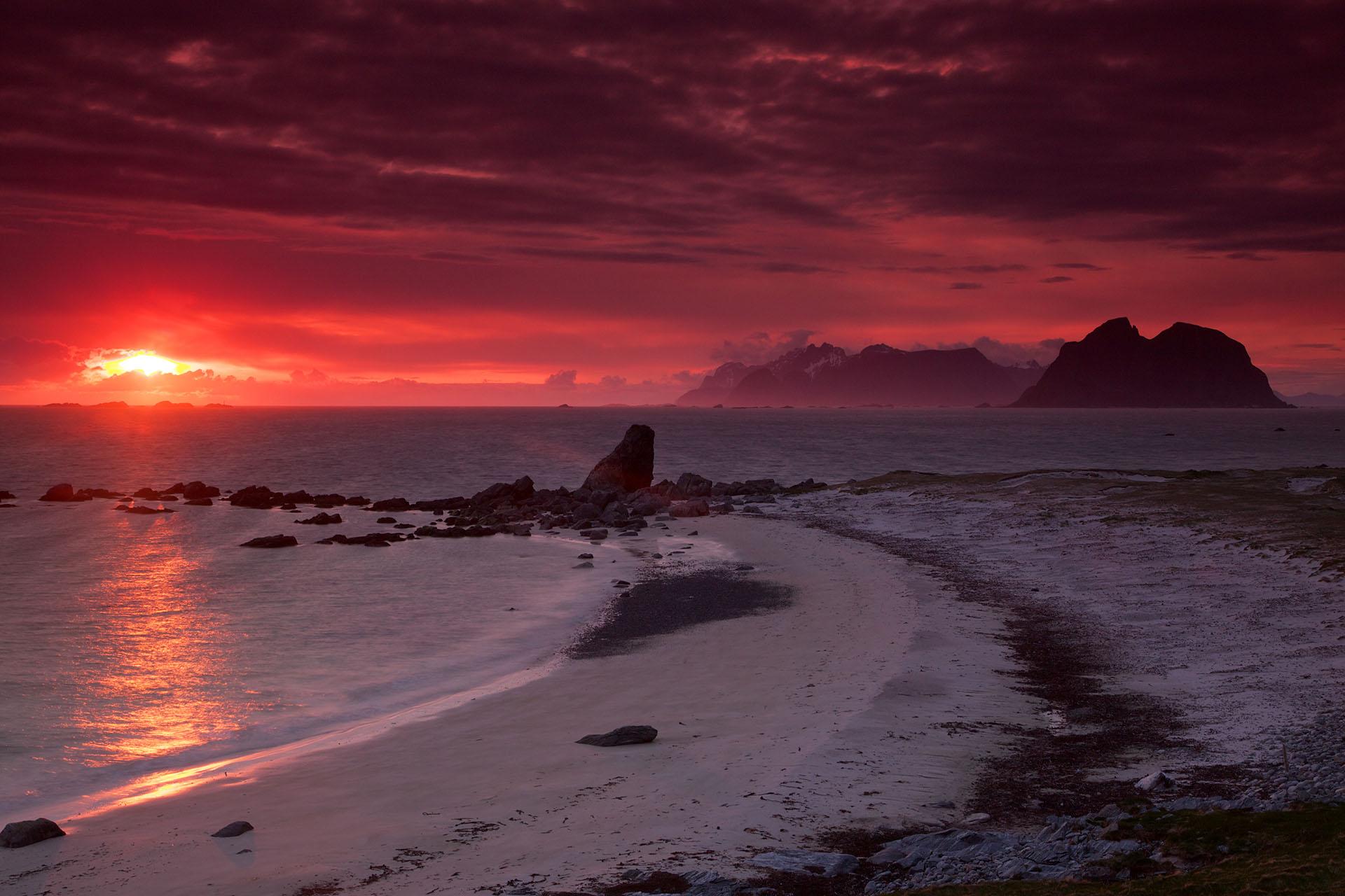 La remota playa de Vaeroy se encuentra en una isla que pertenece al archipiélago de Lofoten. Las increíbles vistas de la costa desde la cima de los acantilados son impresionantes y aclamados por los turistas que lo visitan