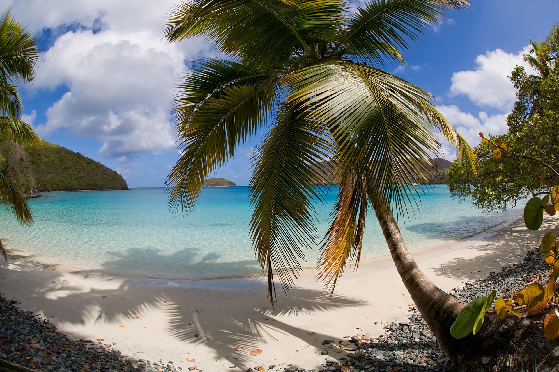 La playa de Maho lo tiene todo. Rodeada de vegetación, con olas ligeras, arena blanca, se considera la joya de San Juan. Además, forma parte del Parque Nacional de las Islas Vírgenes y el acceso es gratuito