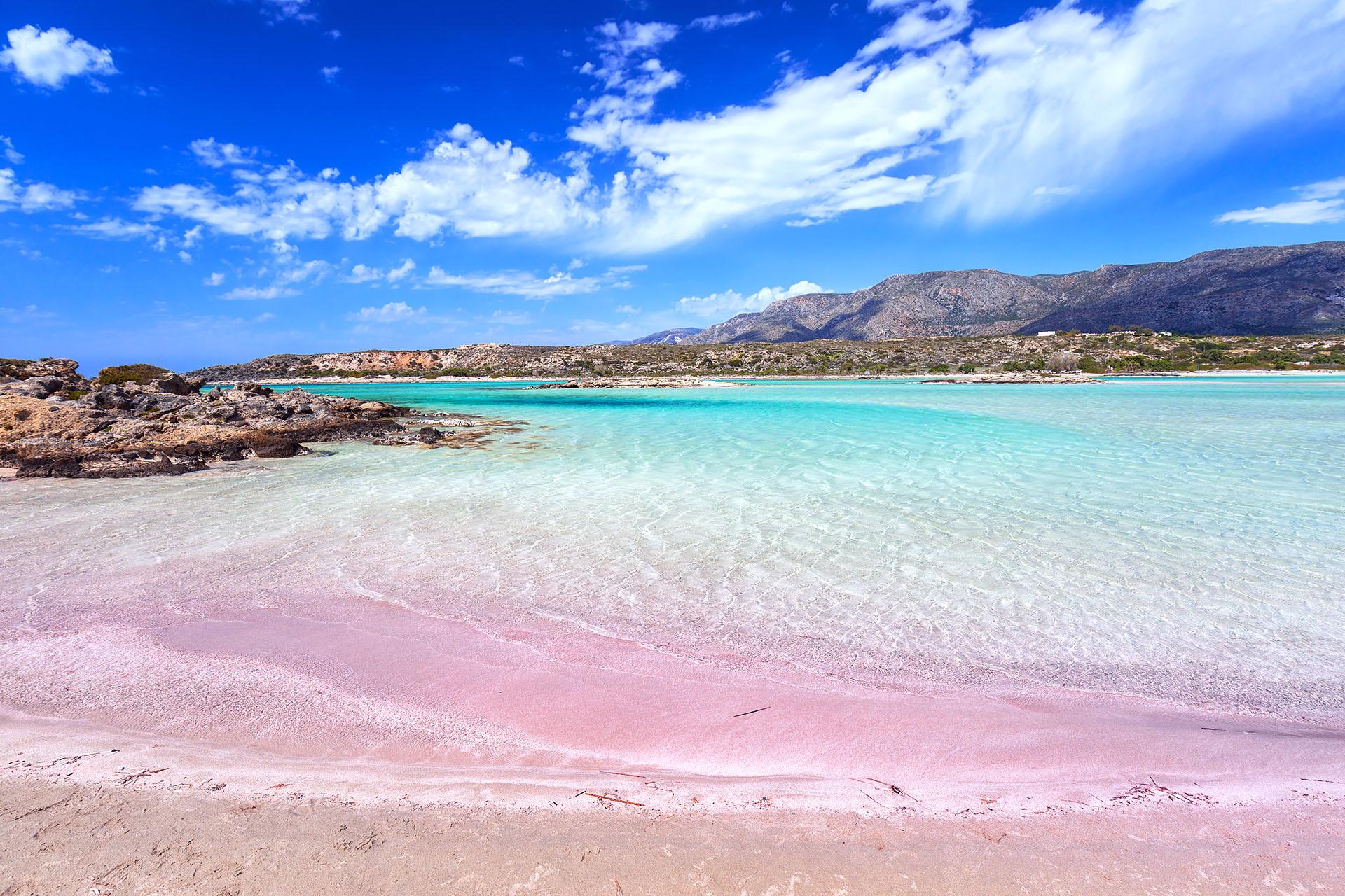 Alguna vez fue parte de un secreto local, pero hoy esta playa de arena rosa se convirtió en un destino popular que permite a los viajeros ser testigos del fenómeno de arena rosa