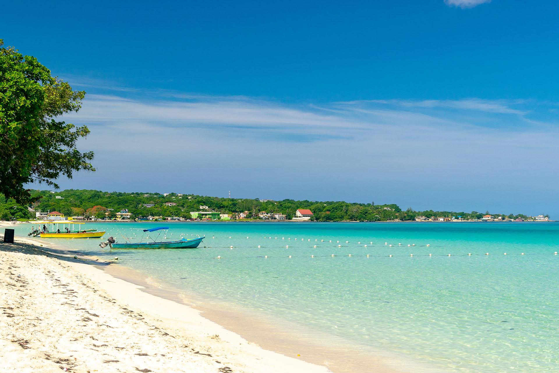 Esta idílica playa tiene palmeras, aguas cristalinas y cocos frescos característicos para disfrutar. Treasure Beach es un tramo de siete millas de arena de color coral y costas rocosas que se volvió muy popular en el último tiempo