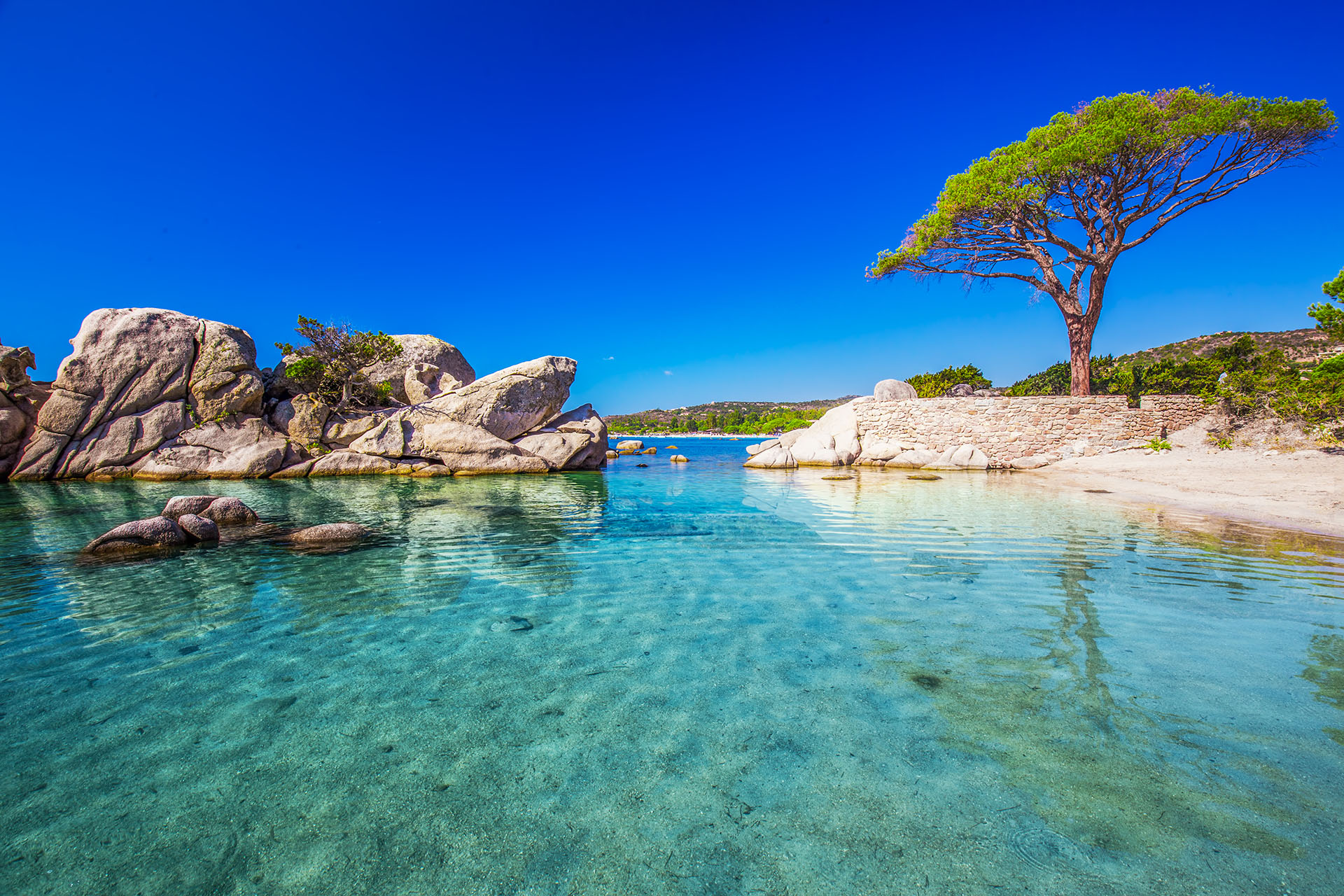 Esta es la playa más famosa de toda la isla. La playa de Palombaggia es una de las mejores de Córcega, con arena blanca fina y estructuras rocosas dentro del mar. Se enfrenta a hermosos mares azules y está bordeada de hermosos pinos