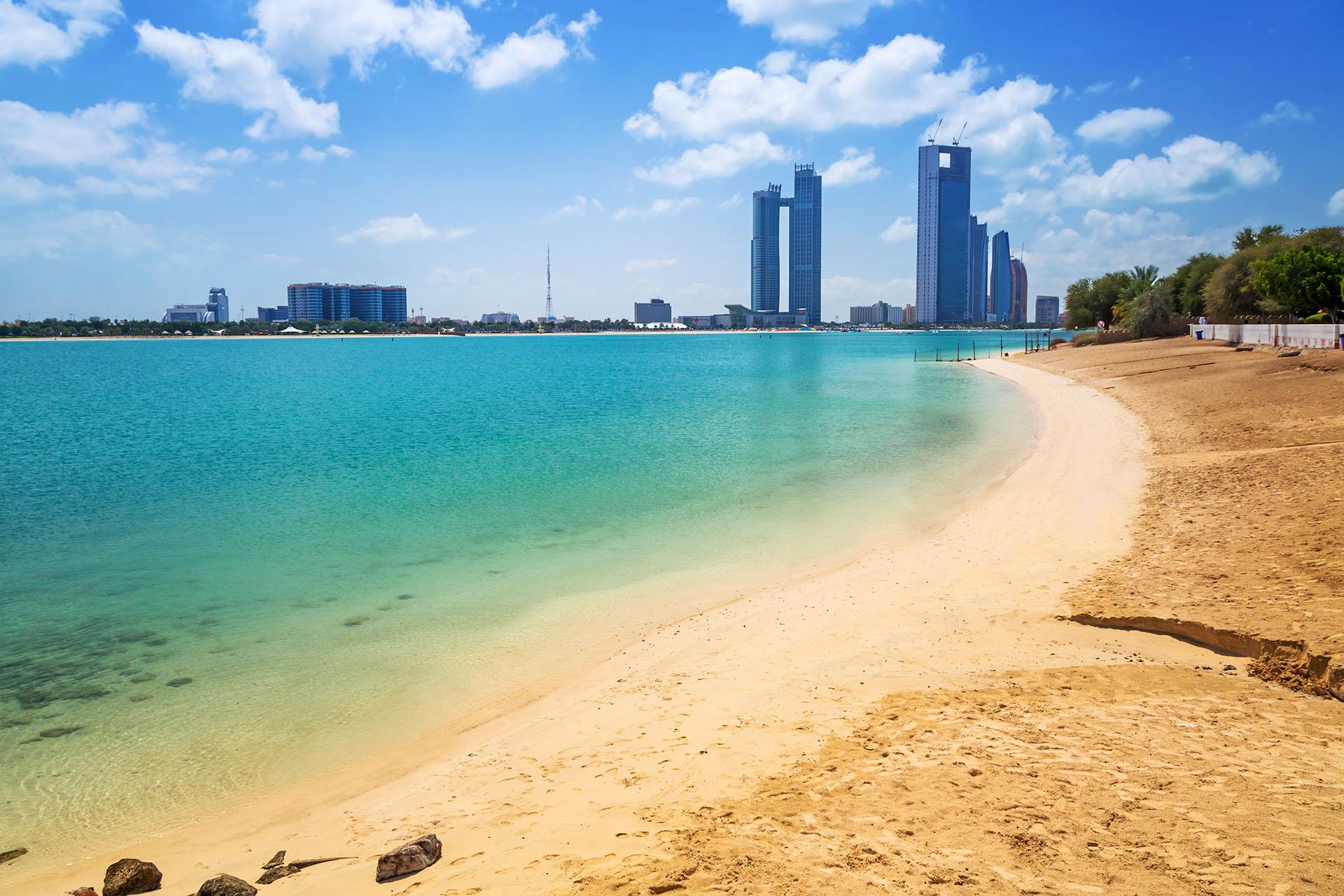 La inmaculada playa de Corniche de Abu Dabi es una fantástica playa en la ciudad, donde los paseos marítimos dan al Golfo Arábigo. Con los rascacielos de fondo, es una oportunidad para disfrutar de espaldas a la impresionante urbe