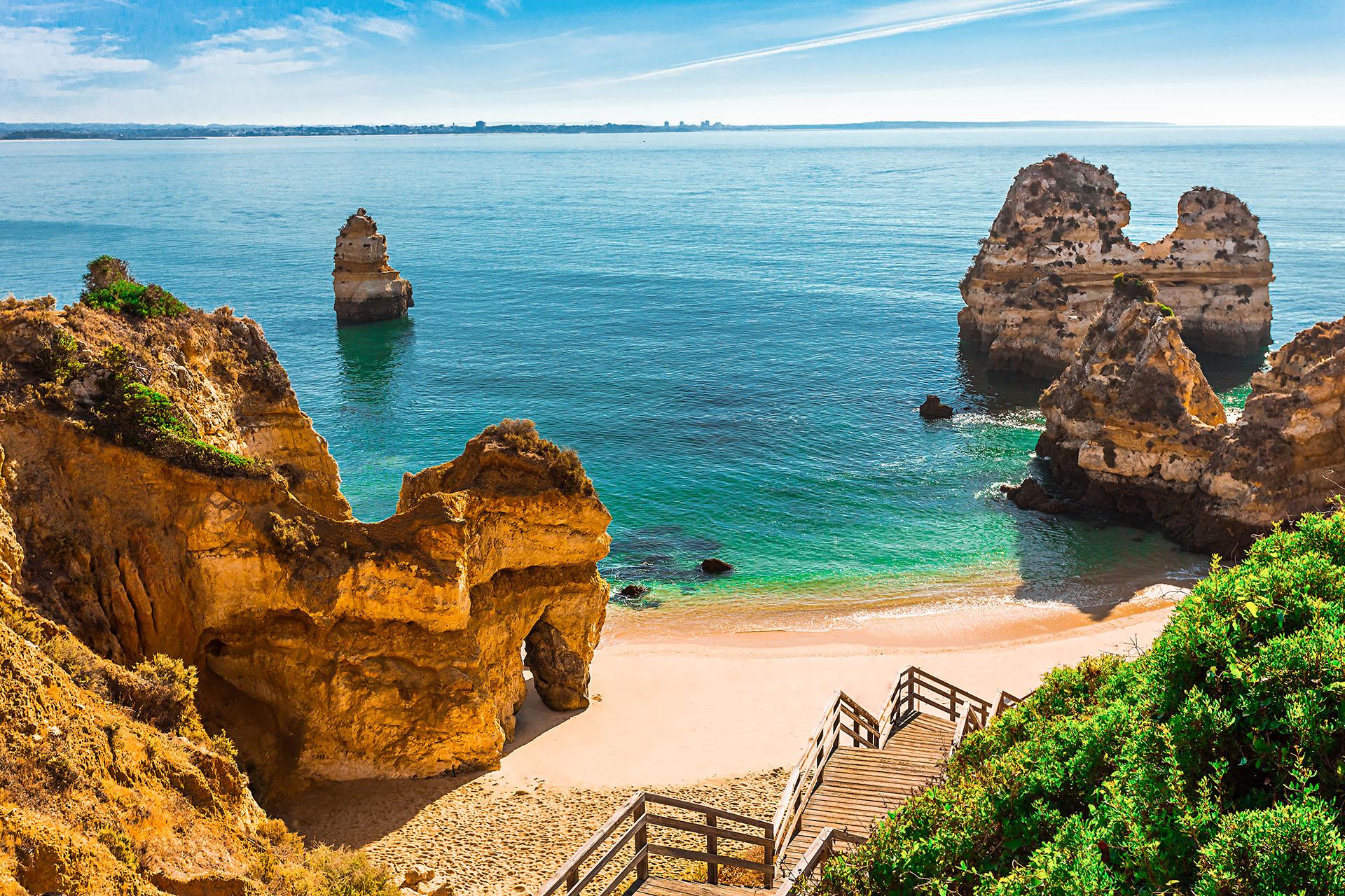 En Portugal, se encuentra uno de los lugares más impresionantes, luego de bajar los 200 escalones de madera que se extienden a lo largo de los acantilados para llegar a esta playa de arena dorada y agua turquesa