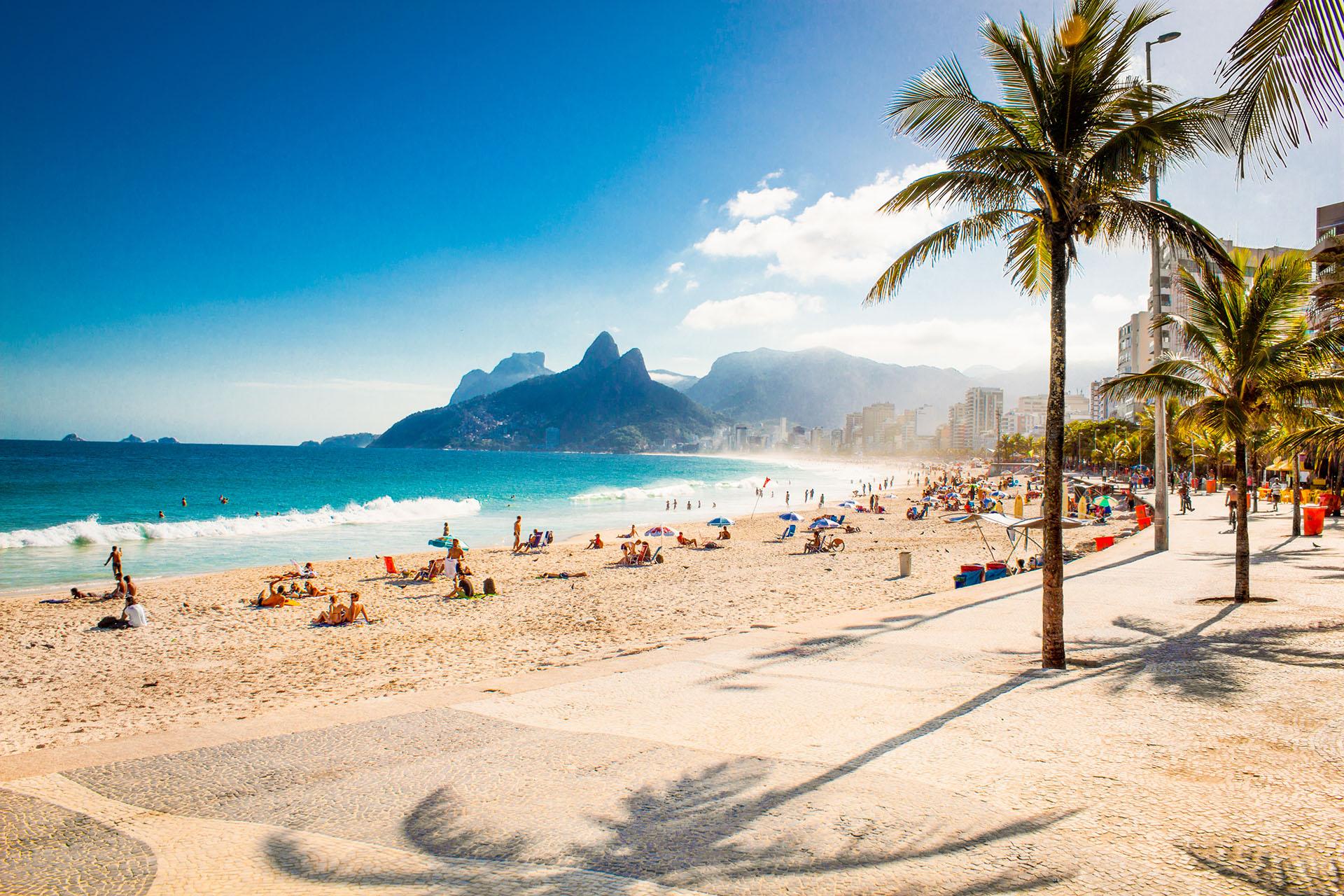 En Río de Janeiro se encuentran las playas de Ipanema, una zona artística y creativa de la ciudad, bordeada por Arpoador Beach en un extremo, y Leblon Beach en el otro, y es uno de los lugares más visitados por los turistas