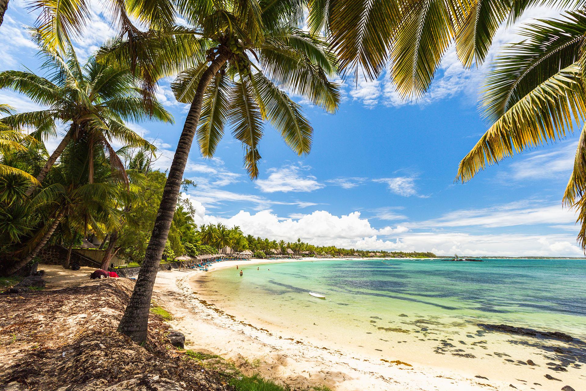 La playa de Belle Mare, en Mauricio, es sinónimo de paraíso. Ubicado en la costa sur de la isla, se encuentra rodeado de naturaleza virgen, con solo unos pocos hoteles y villas de lujo, lo que aclimata mejor la calidez y experiencia del que visita estas tierras