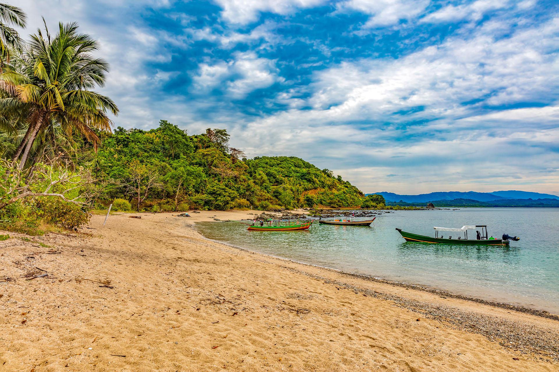 El paraíso de Ngapali rodeado con palmeras que bordean la larga y blanca franja de arenay de pequeños pueblos de pescadores