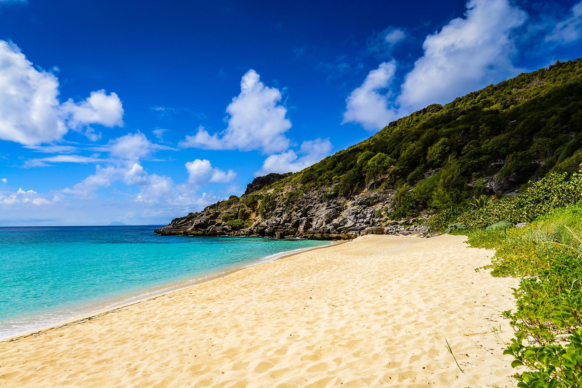 A pesar de que es un poco difícil llegar hasta esta playa caribeña, la recompensa será increíble cuando descubran el impresionante paisaje de San Bartolomé, rodeado por naturaleza en donde es muy inusual encontrarse con algún turista