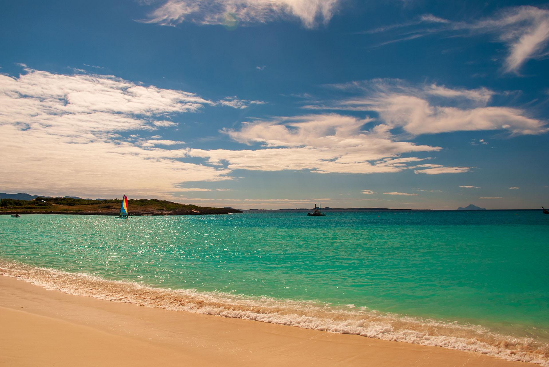 Maundays Bay puede no ser tan grande pero lo compensa con sus costas de arena blanca y aguas cristalinas y azules. A pesar de ser un verdadero paraíso, los que más disfrutan de este lugar son los habitantes, ya que no suelen recibir muchas visitas