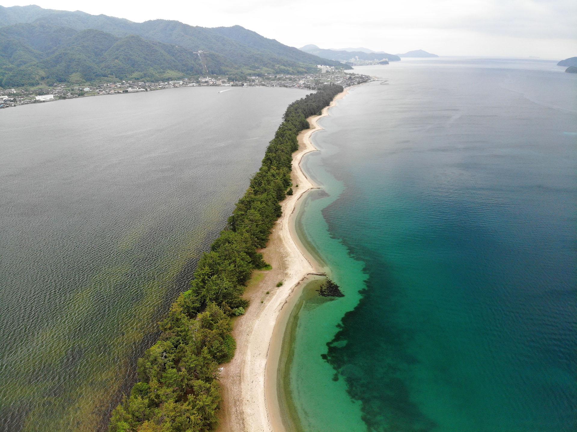Este hermoso banco de arena rodeado de pinos es una pequeña joya en el norte de Kioto que se extiende a lo largo de casi 4 kilómetros