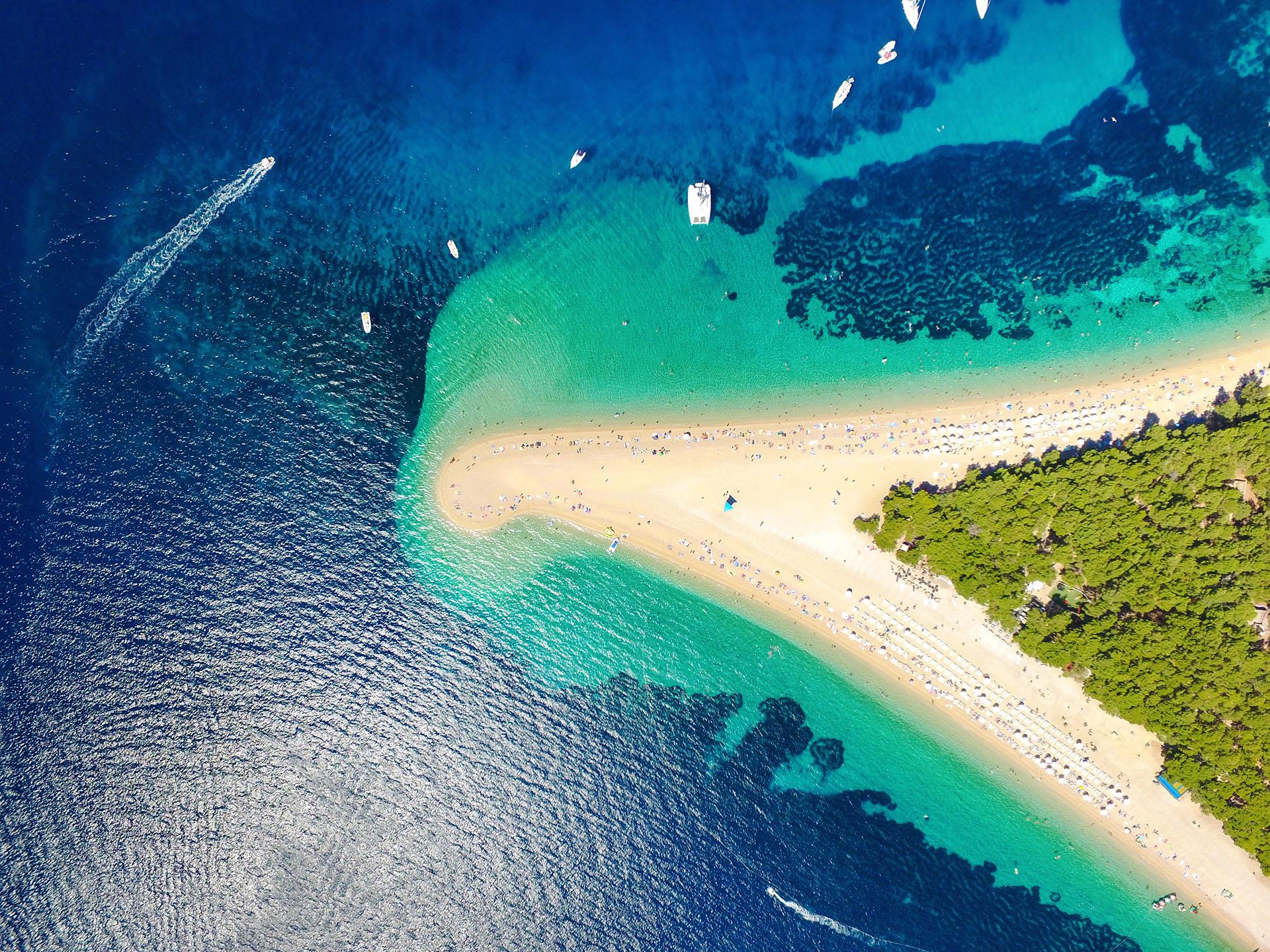 El Cuerno de Oro es la más espectacular de todas las playas de Croacia. No es solo su forma sino que además la playa está rodeada por un mar cristalino, que pasa del azul turquesa al azul oscuro en solo 10-20 metros de profundidad