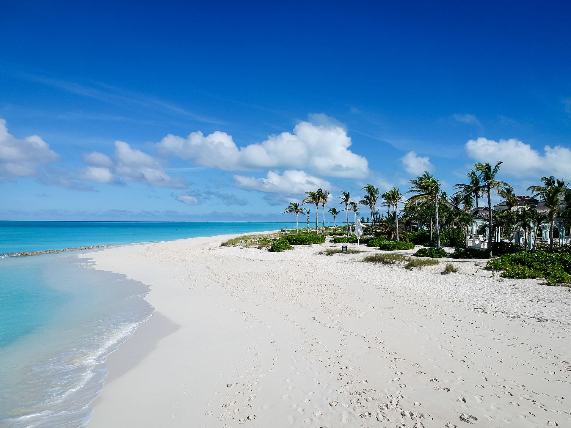 Esta playa virgen es la joya brillante de las Islas Turcas y Caicos. Toda la playa tiene poco más de 3 km de largo, sin contaminación, solo arena blanca y agua turquesa