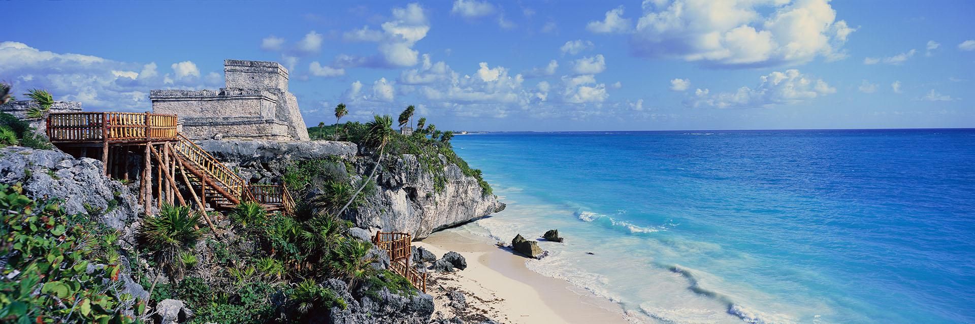Esta playa única en la costa caribeña de la península de Yucatán es un paraíso. Es considerada una de las mejores playas de la Riviera Maya, con reluciente arena blanca y espectaculares acantilados con las ruinas de fondo