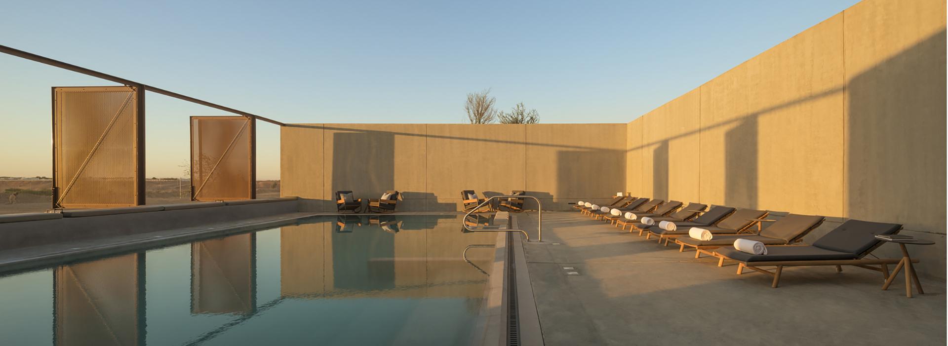 El refugio que se afinca en medio del desierto cuenta con una piscina común al aire libre (Fernando Guerra)
