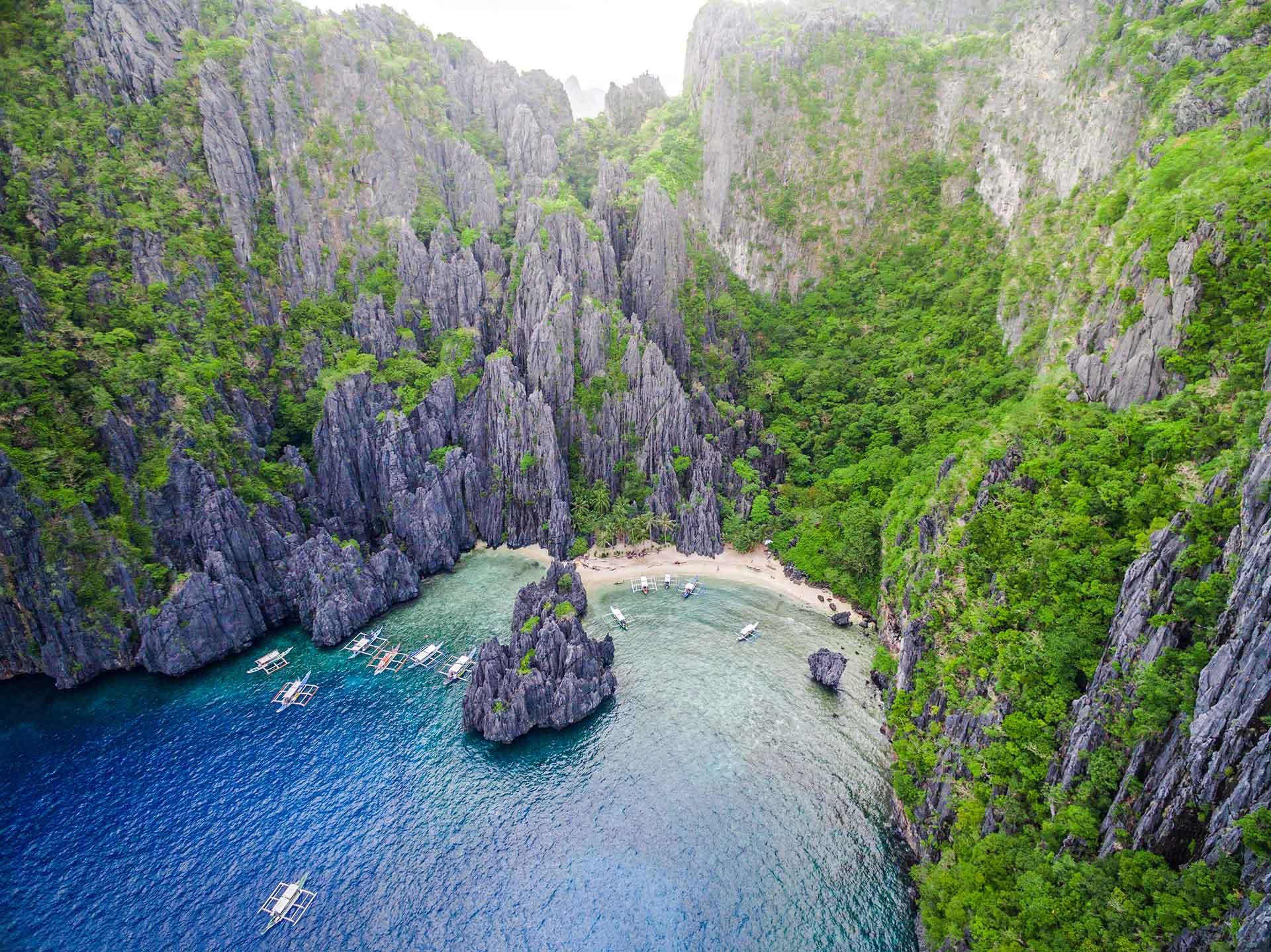 Nada define a Palawan más que el agua que lo rodea. Su capital es Puerto Princesa. En términos de superficie, es la provincia de mayor tamaño de todo el país. Las islas se encuentran rodeadas por el mar de la China Meridional al noroeste, y por el mar de Sulu al sureste