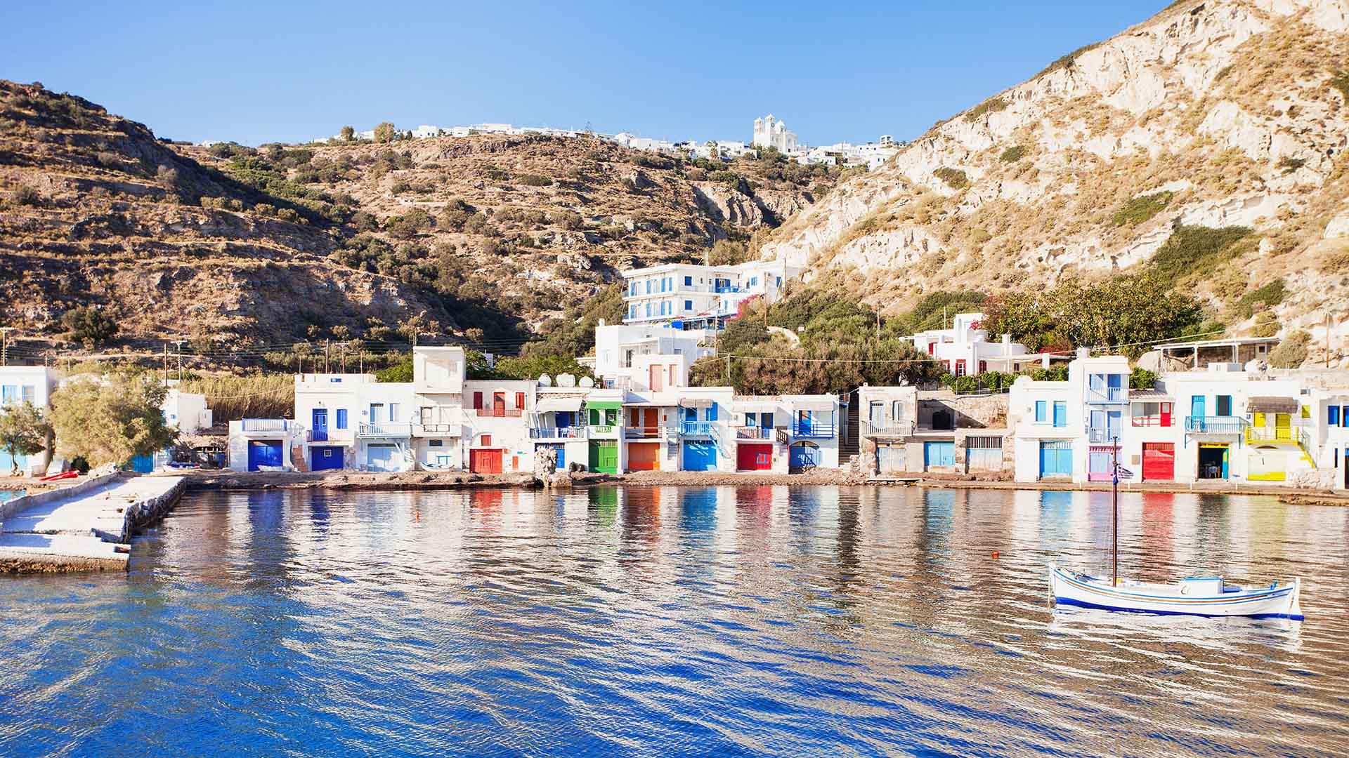 Milos y sus islotes en alta mar cuentan con más de 70 espléndidas playas adornadas con arenas y piedras de diferentes colores