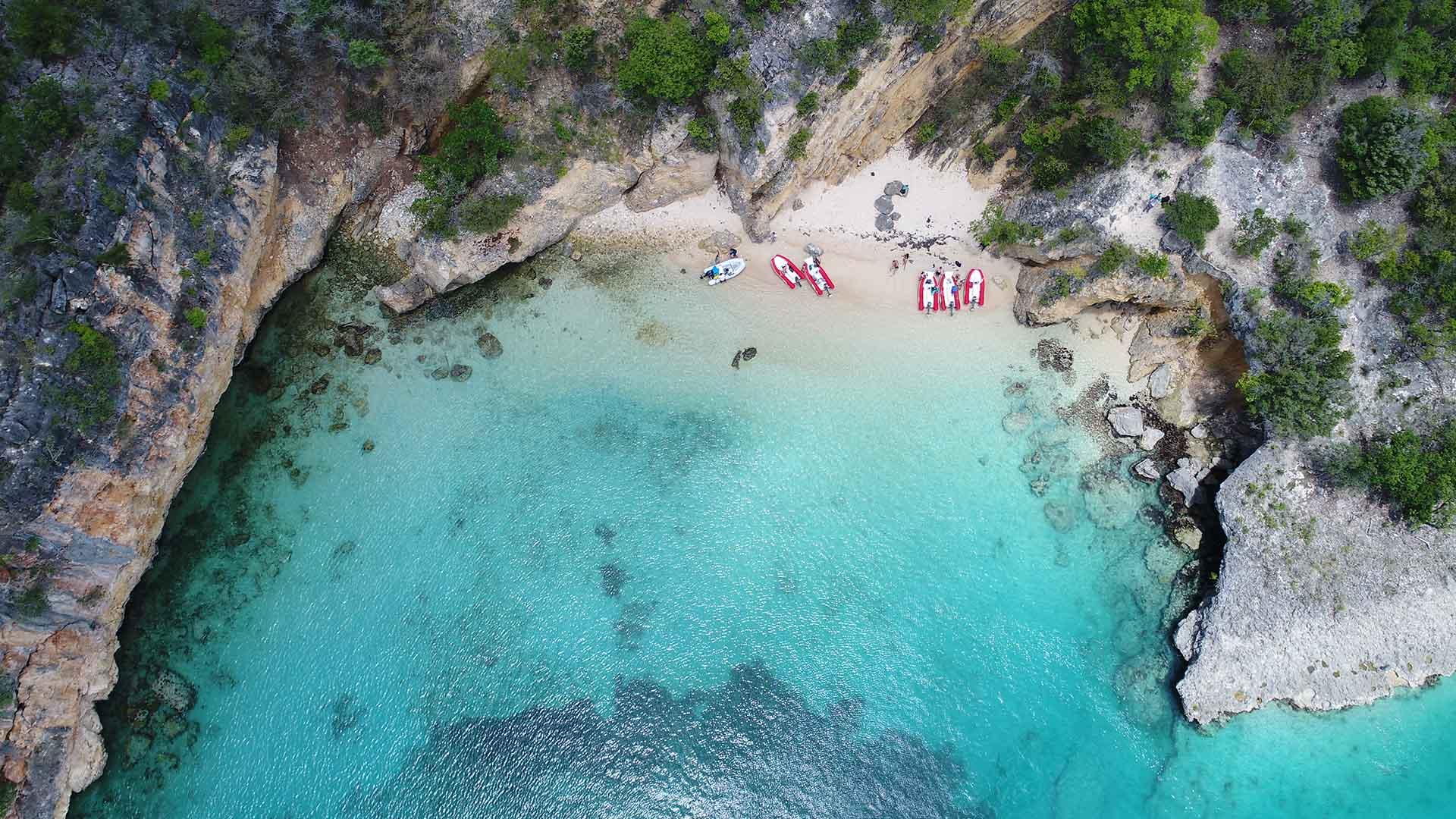 Sus kilómetros de arena blanca y fina, sus aguas prístinas y la tranquila y acogedora actitud de su gente, convierten a las playas de Anguila en unas de las mejores del mundo