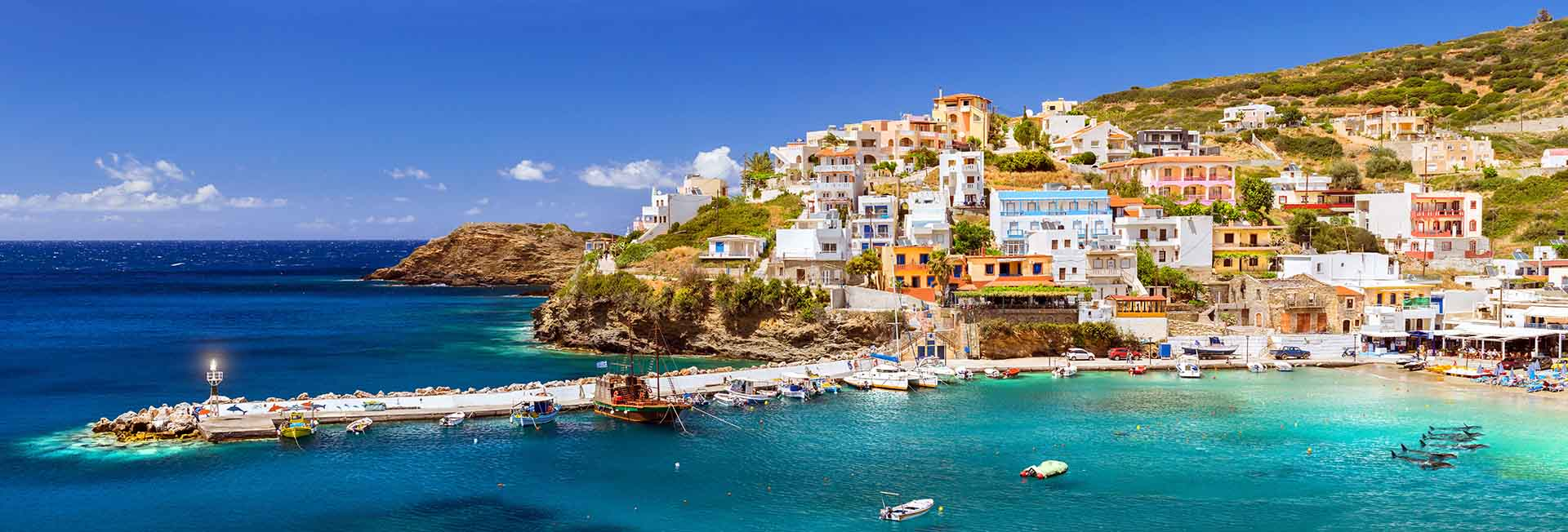 Hay algo innegablemente artístico en la forma en que se desarrolla el paisaje cretense, desde las playas bañadas por el sol en el norte hasta los escarpados cañones que se extienden en la costa sur