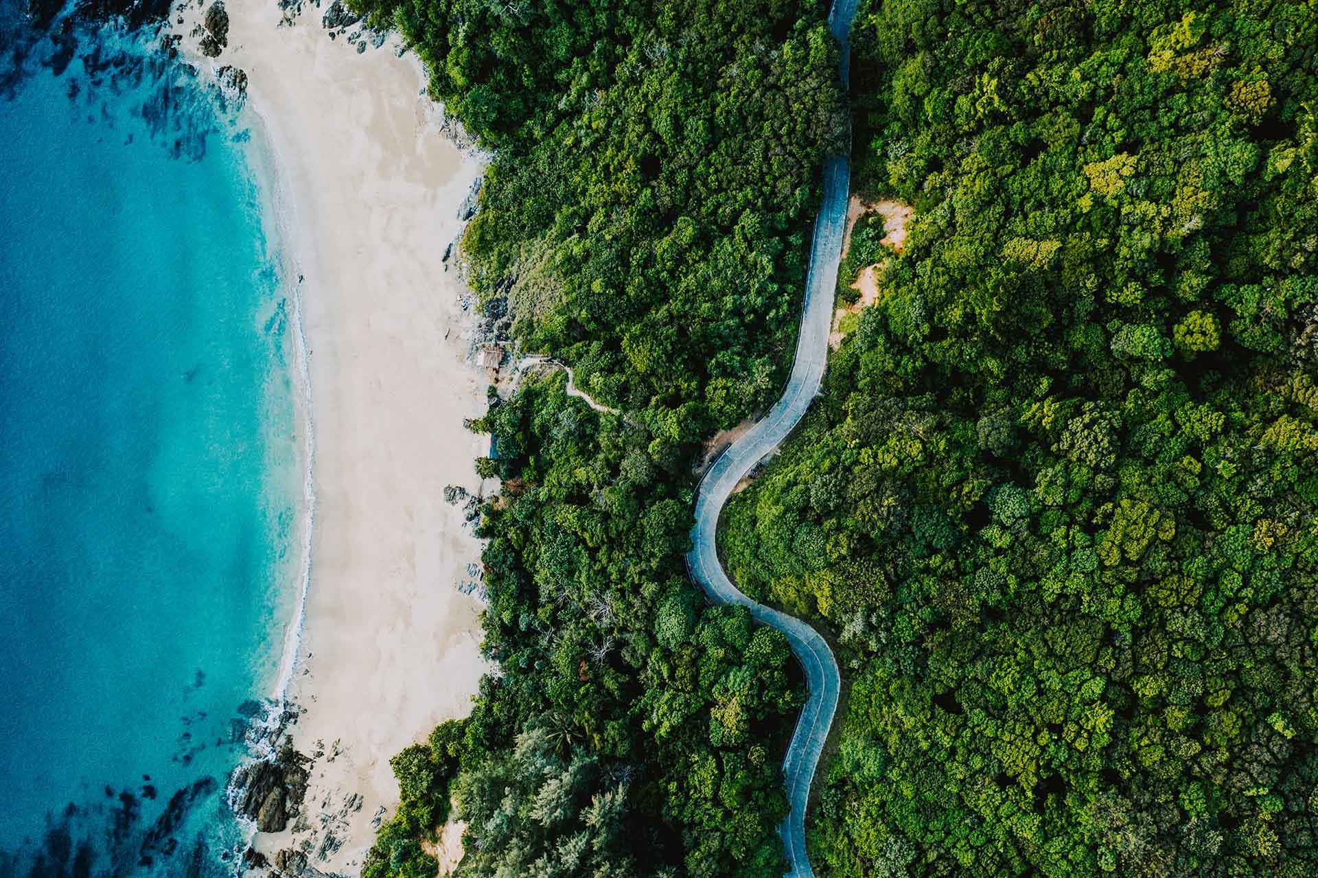 Koh Lanta es una de las islas más bellas de Tailandia, ubicada frente a la costa de Krabi. Su larga costa tiene casi una docena de playas, algunas consideradas las mejores del país, cada una con su propio encanto