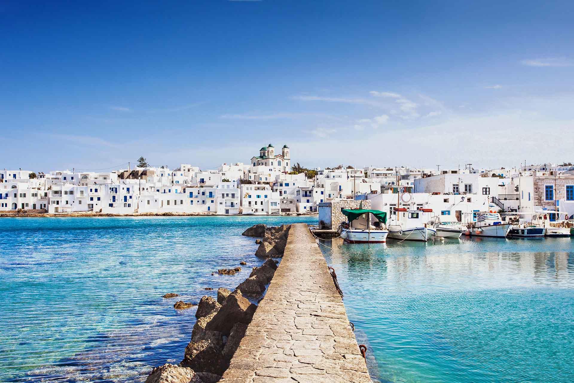 Paros es una isla griega en el mar Egeo conocida por sus playas y pueblos tradicionales que combina elementos modernos con elementos tradicionales de la manera más singular. Paros es una mezcla de arquitectura tradicional, vida nocturna, playas mágicas, pueblos rurales y monumentos históricos