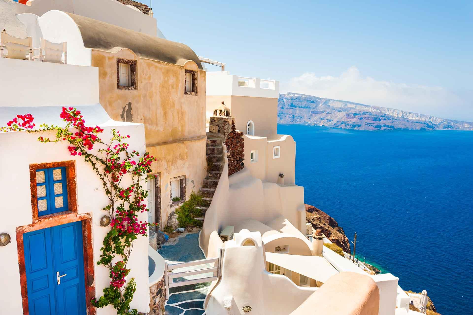 Santorini, también conocida como Thera en griego, es la isla inmortalizada por poetas y pintores, gracias a su célebre luz, acantilados multicolores y atardeceres perfectos