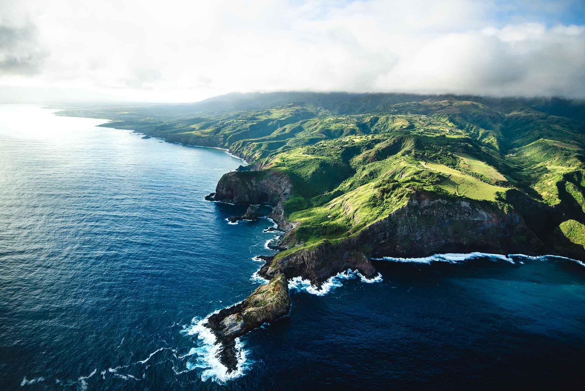 Conocida también como la Isla del Valle, Maui es la segunda más grande de Hawái. La isla es amada por sus playas famosas a nivel mundial, el valle sagrado Iao Valley, los avistamientos de ballenas, la cocina orgánica y los magníficos amaneceres y atardeceres desde Haleakala