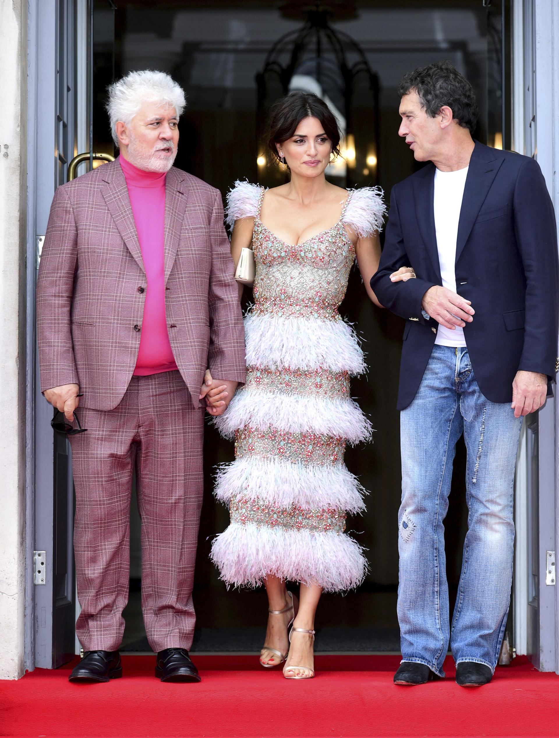 Penelope Cruz de la mano de Almódovar y del brazo del actor Antonio Banderas