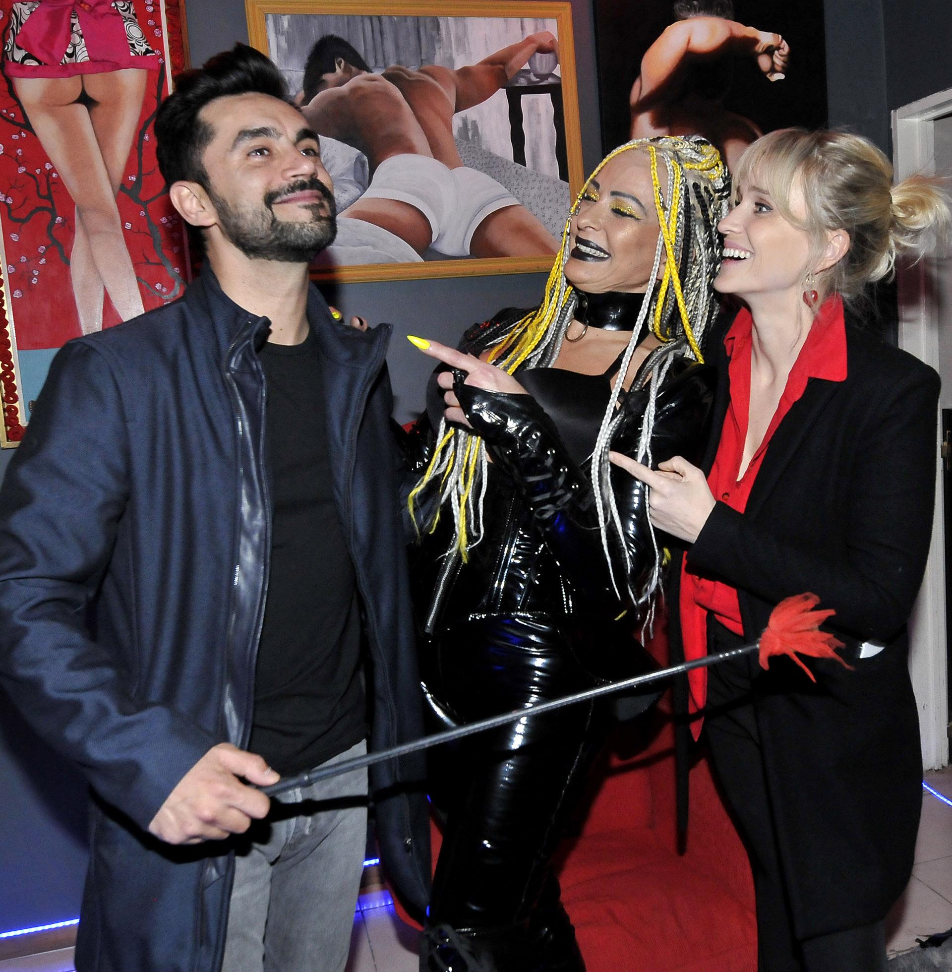 """Gonzalo Heredia y Brenda Gandini visitaron la obra """"Sex"""", donde participa Daniela Cardone, la mamá de la actriz. Y se divirtieron de lo lindo (Foto: Darío Batallan / Teleshow)"""