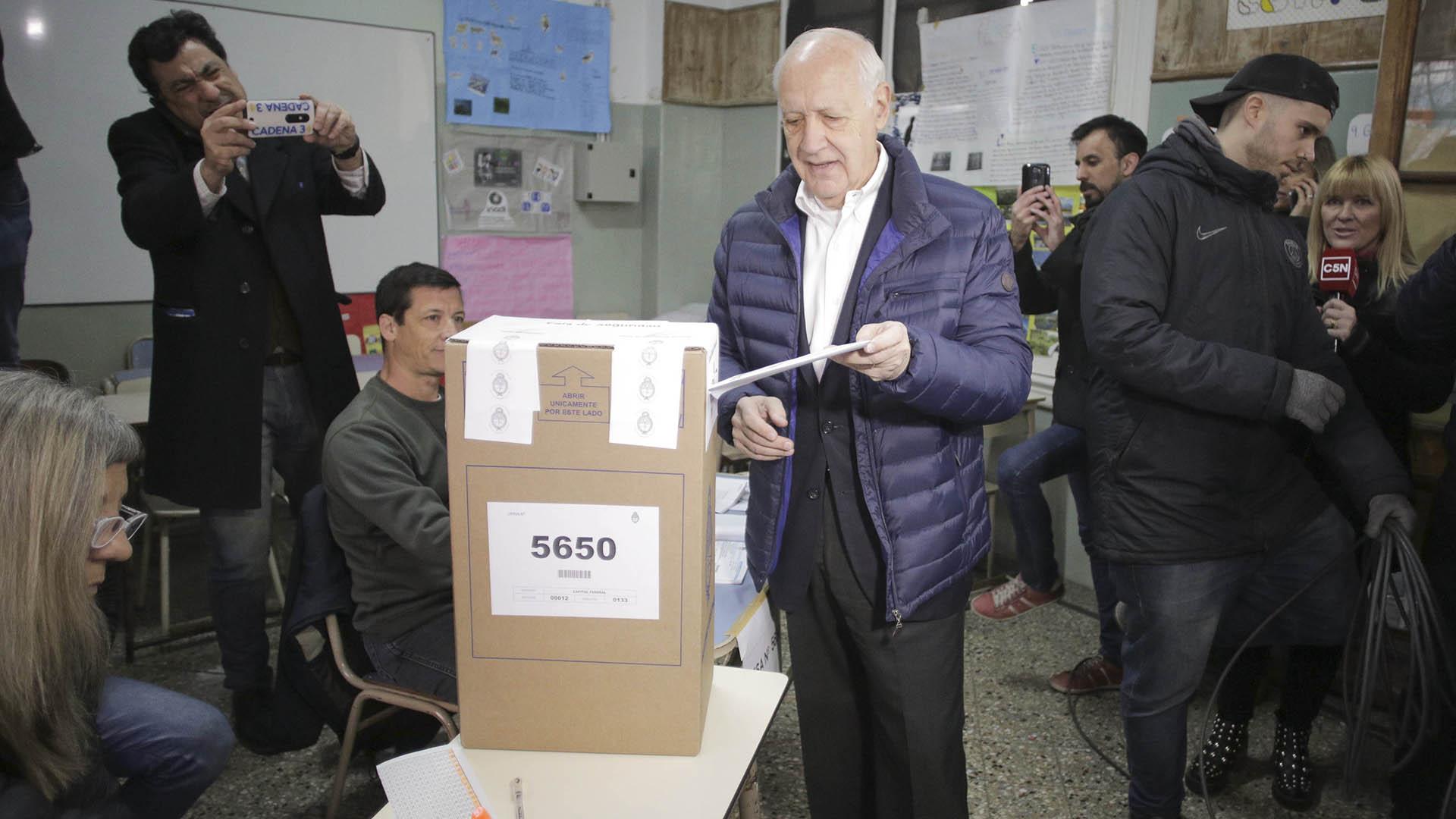 Roberto Lavagna fue uno de los primeros candidatos en votar