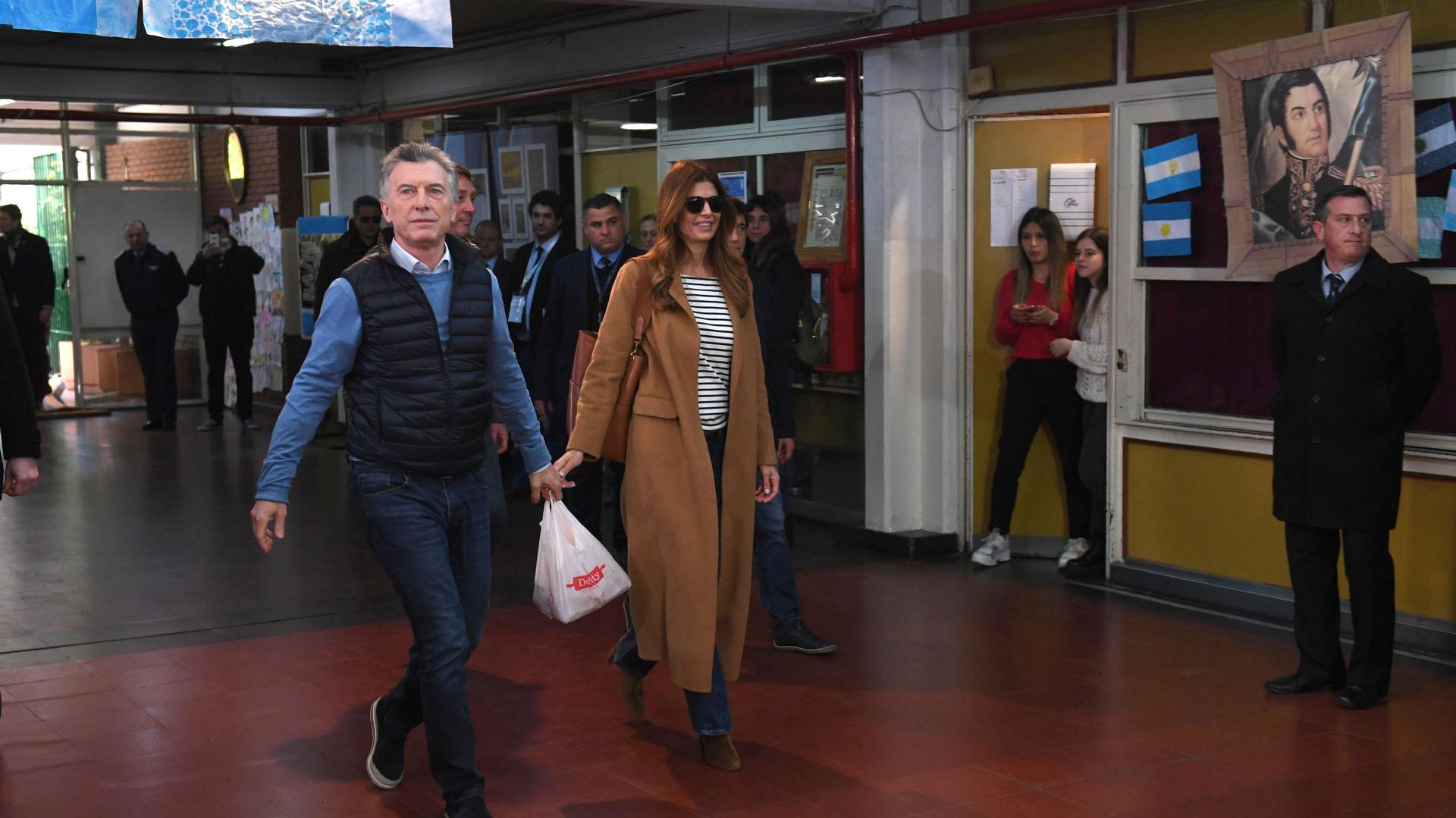 Mauricio Macri y Juliana Awada. El Jefe de Estado llevó mediaslunas para las autoridades de mesa
