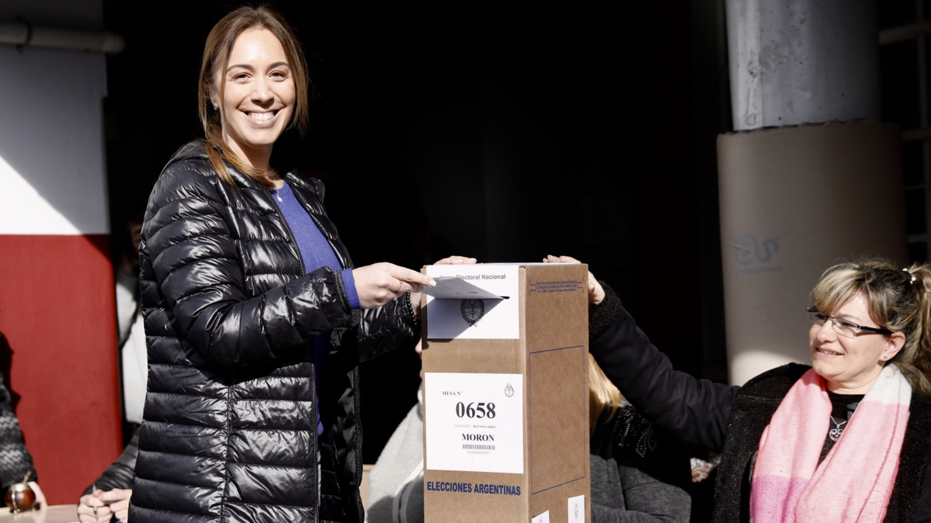 Con facturas en la mano y con una campera negra, María Eugenia Vidal,votó en el Colegio Parroquial Don Bosco