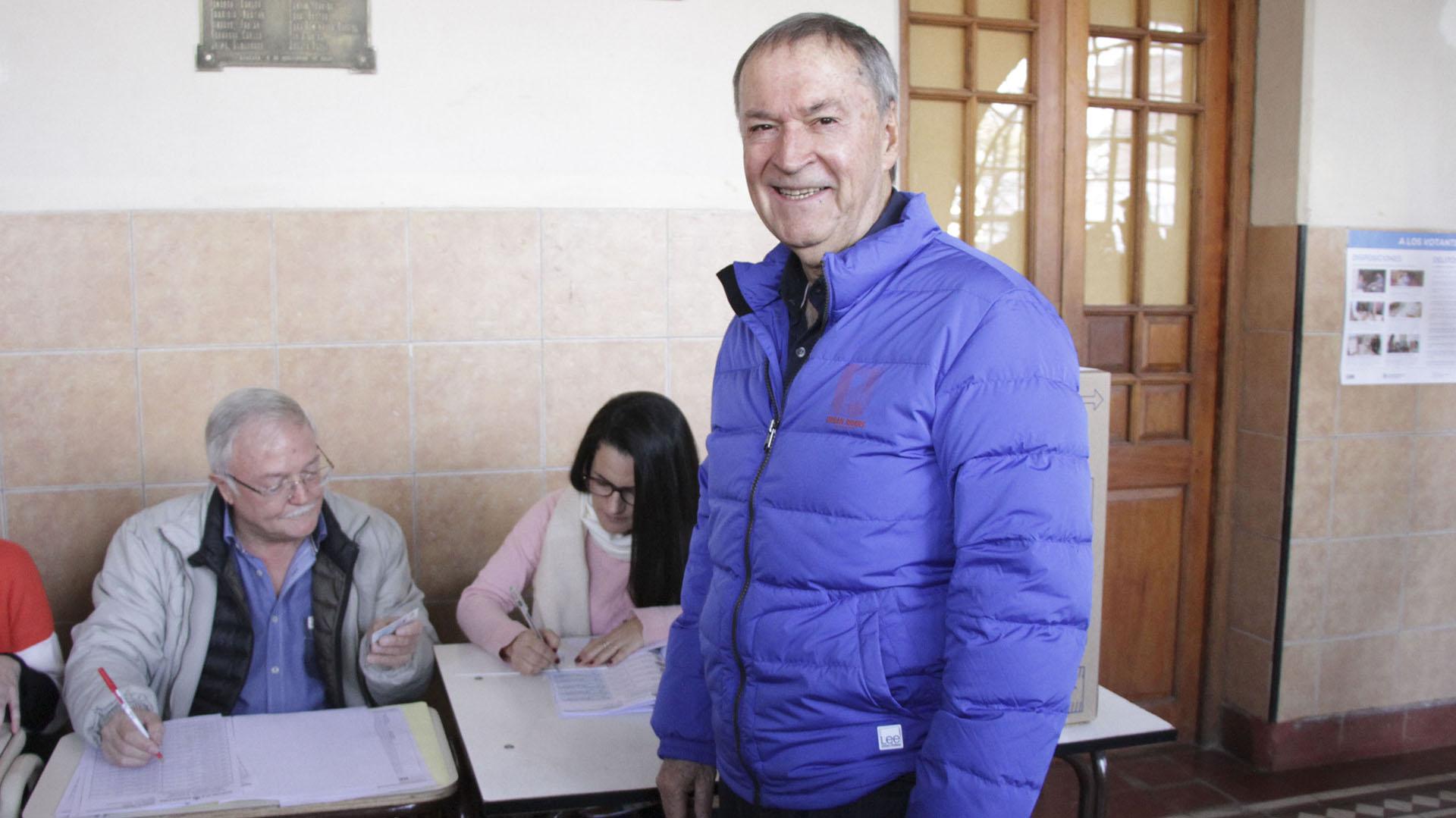 El gobernador de Cérdoba, Juan Schiaretti, cambió de cábala. Dejó de lado la tradicional campera roja y eligió una azul para ir a votar