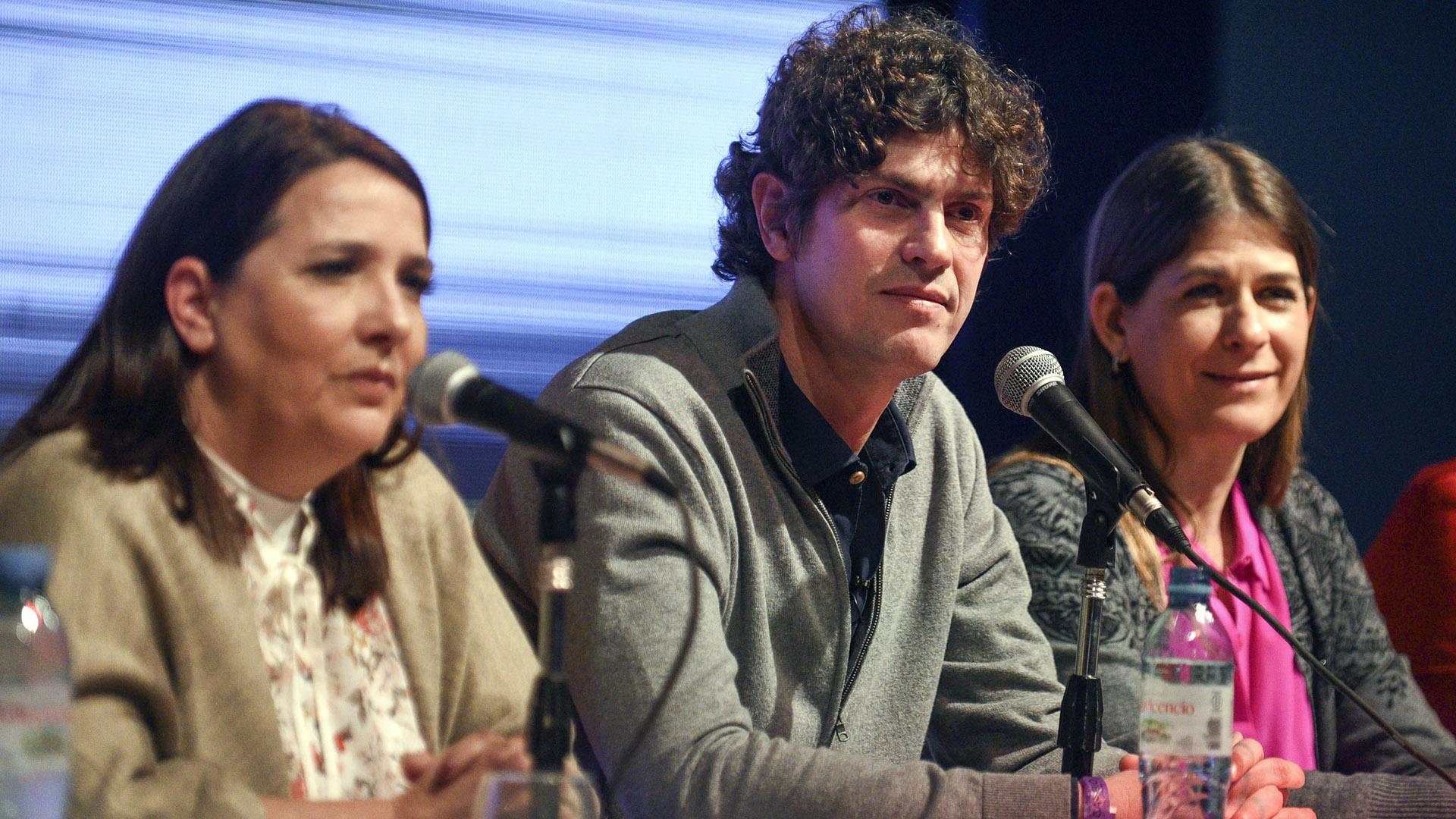 Martín Lousteau uno de los precandidatos de Juntos por el Cambio lució un sweater gris con camisa azul noche